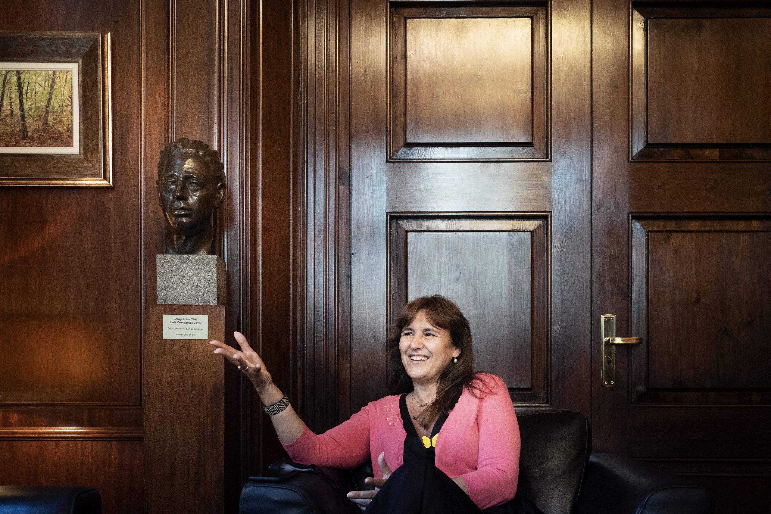 La presidenta del Parlament, Laura Borràs, al seu despatx, al costat del bust de Lluís Companys / Mireia Comas