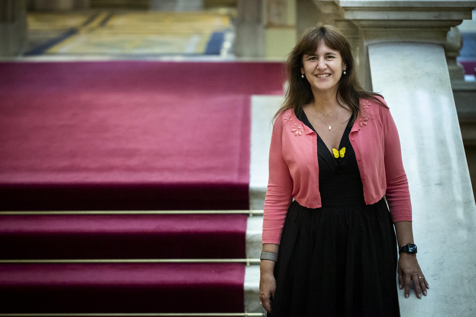 La presidenta del Parlament, Laura Borràs, al l'escala principal de la cambra / Mireia Comas