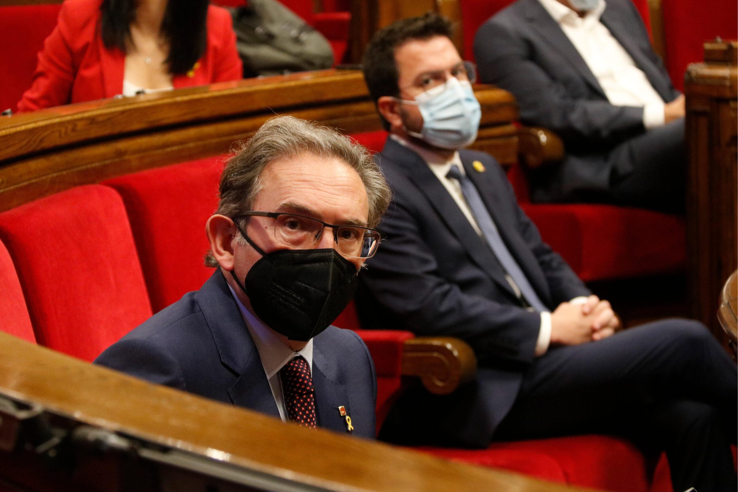 El conseller d'Economia i Hisenda, Jaume Giró, i el president Aragonès durant el ple del Parlament / ACN