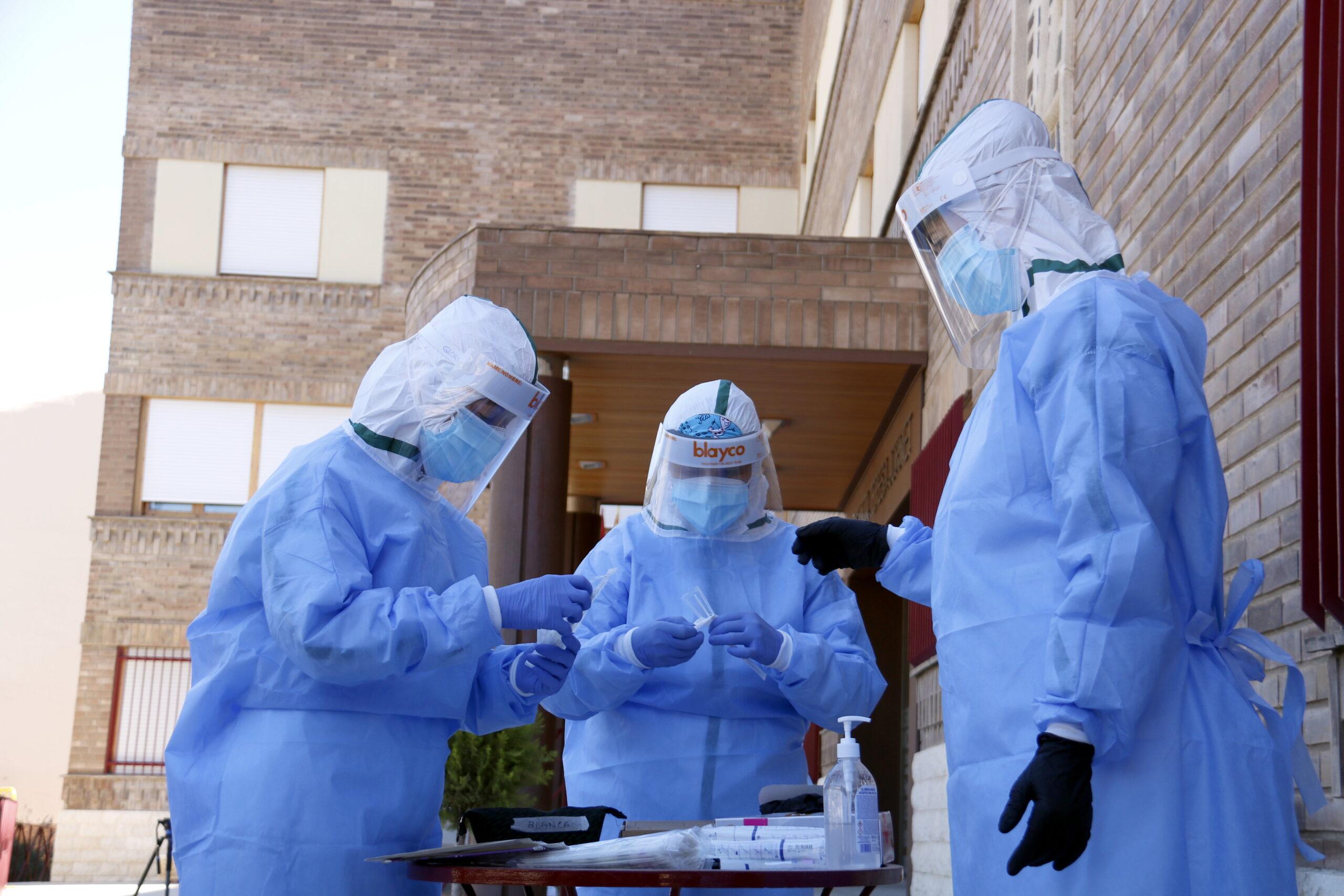 L'equip de mostres d'Atenció Primària de Lleida preparant-se per fer proves PCR en una residència d'Aitona. Imatge del 7 de juliol de 2020. (ACN)