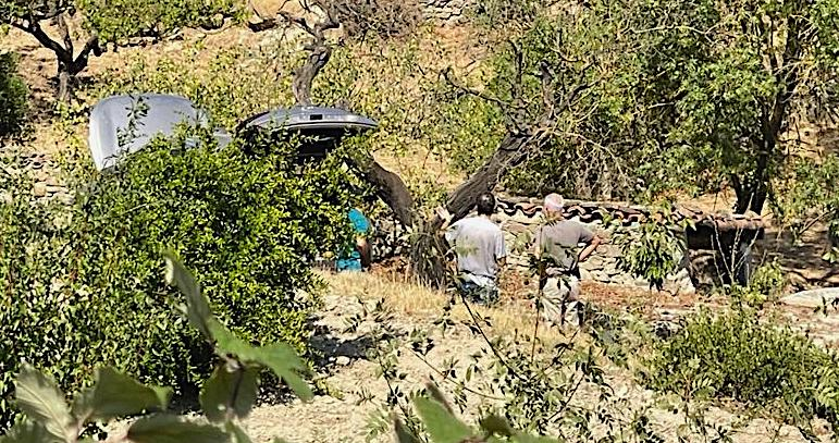 Investigadors dels Mossos d'Esquadra examinen el cotxe on s'ha suïcidat el presumpte homicida del crim masclista de Sant Vicenç de Castellet / Q.S.