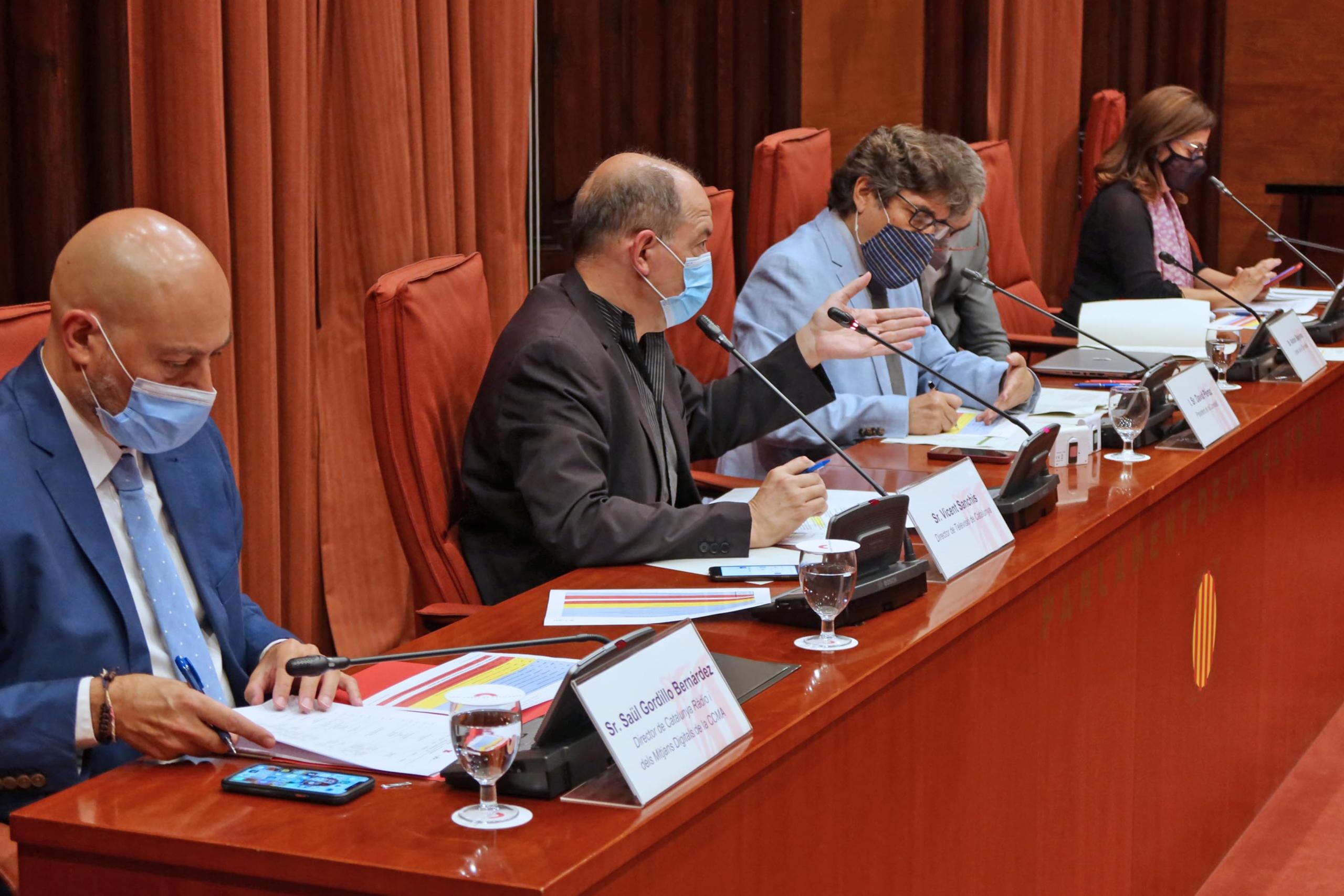 El director de Catalunya Ràdio, Saül Gordillo, el director de TV3, Vicent Sanchis, i la presidenta en funcions de la CCMA, Núria Llorach, en la comissió parlamentària de control el 30 de juliol del 2021 (ACN)
