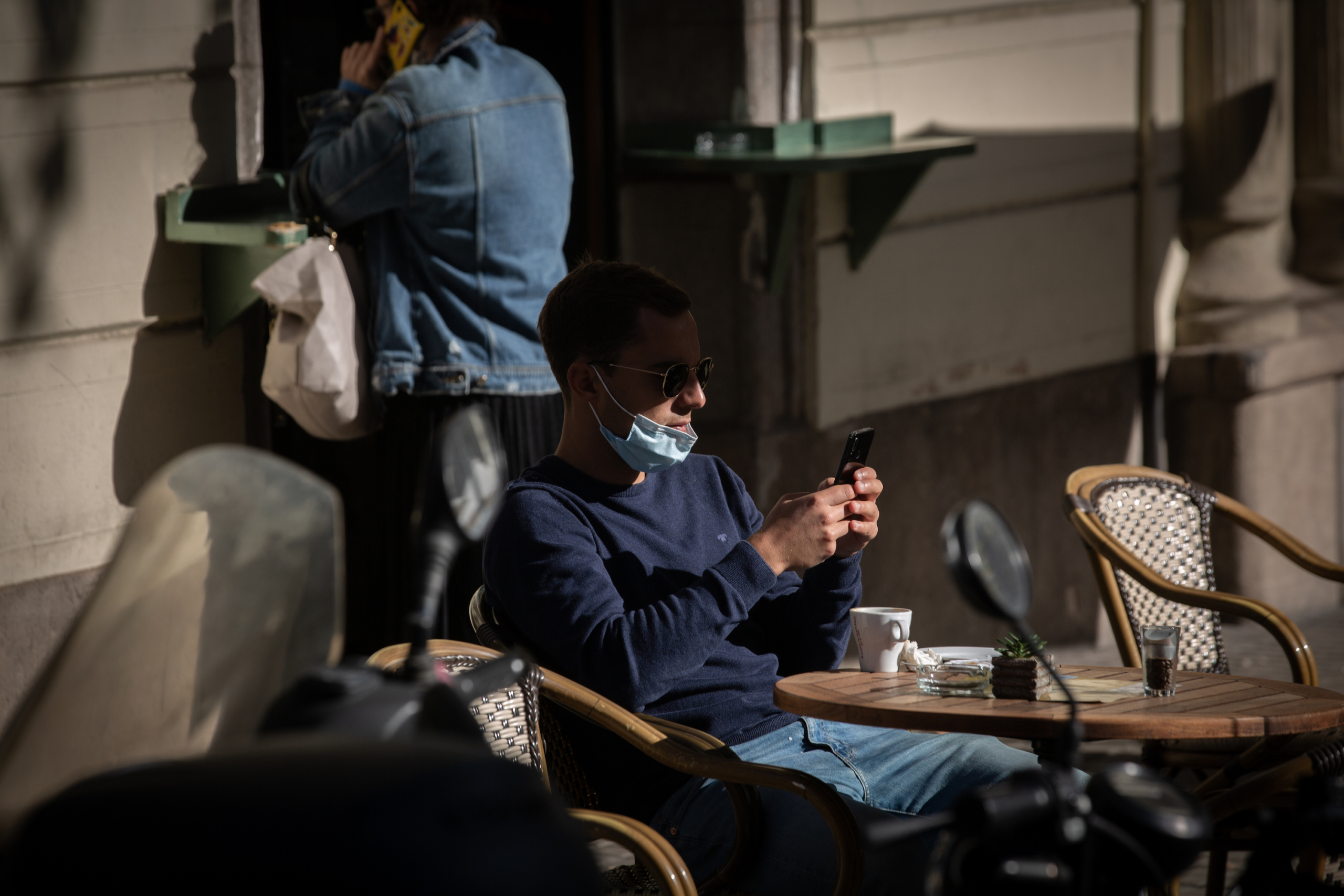 Un noi fa un cafè en una terrassa/EP