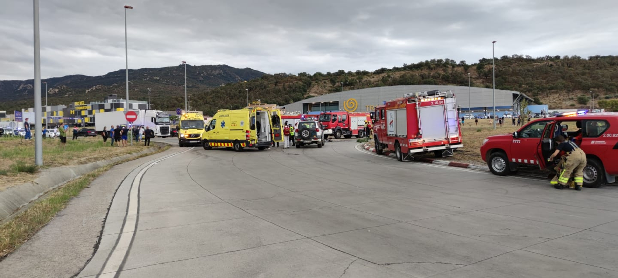 El dispositiu d'emergències per atendre un accident de trànsit mortal a la N-II a la Jonquera | ACN