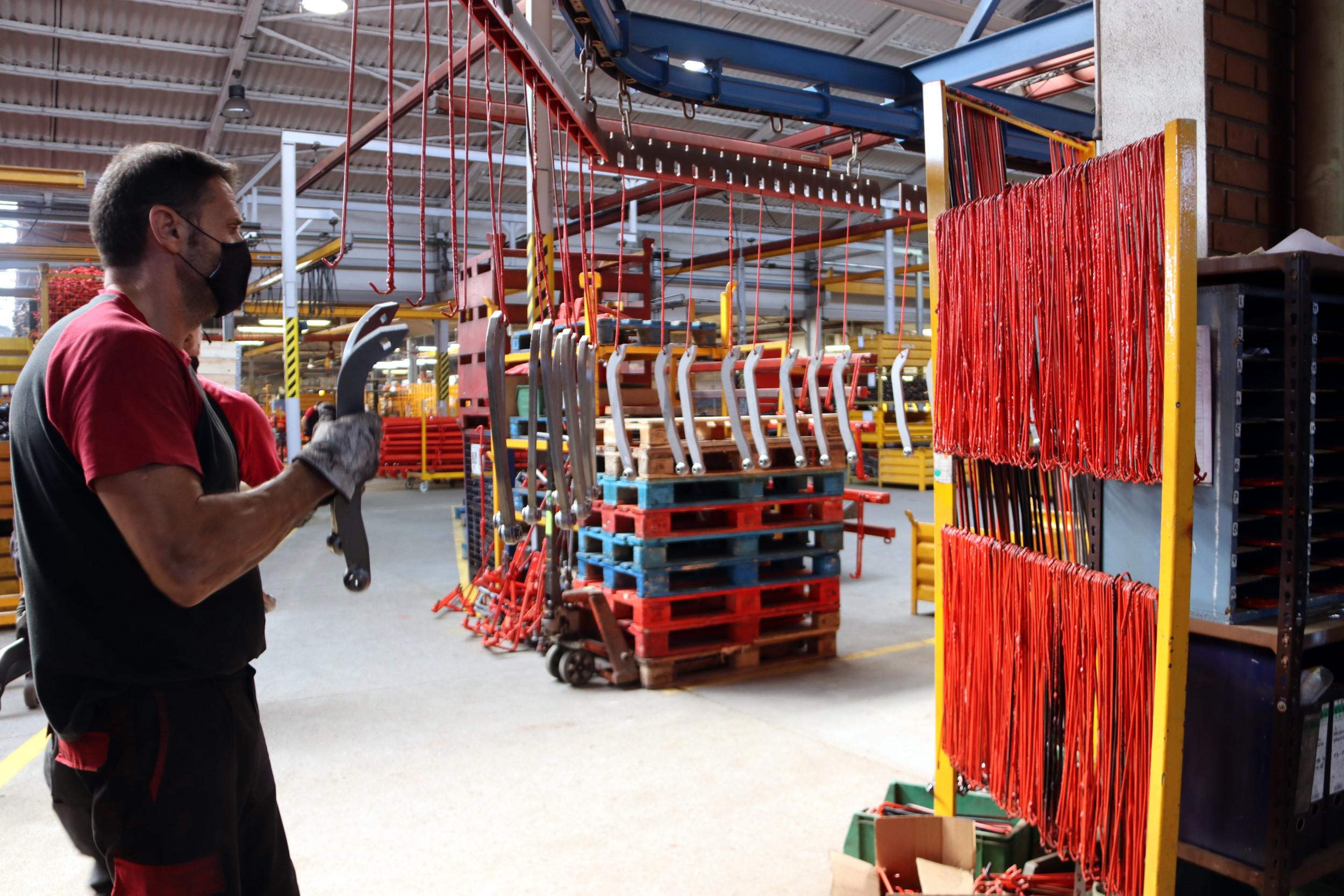 La fàbrica de Solà a Calaf amb treballadors durant el procés de muntatge   ACN