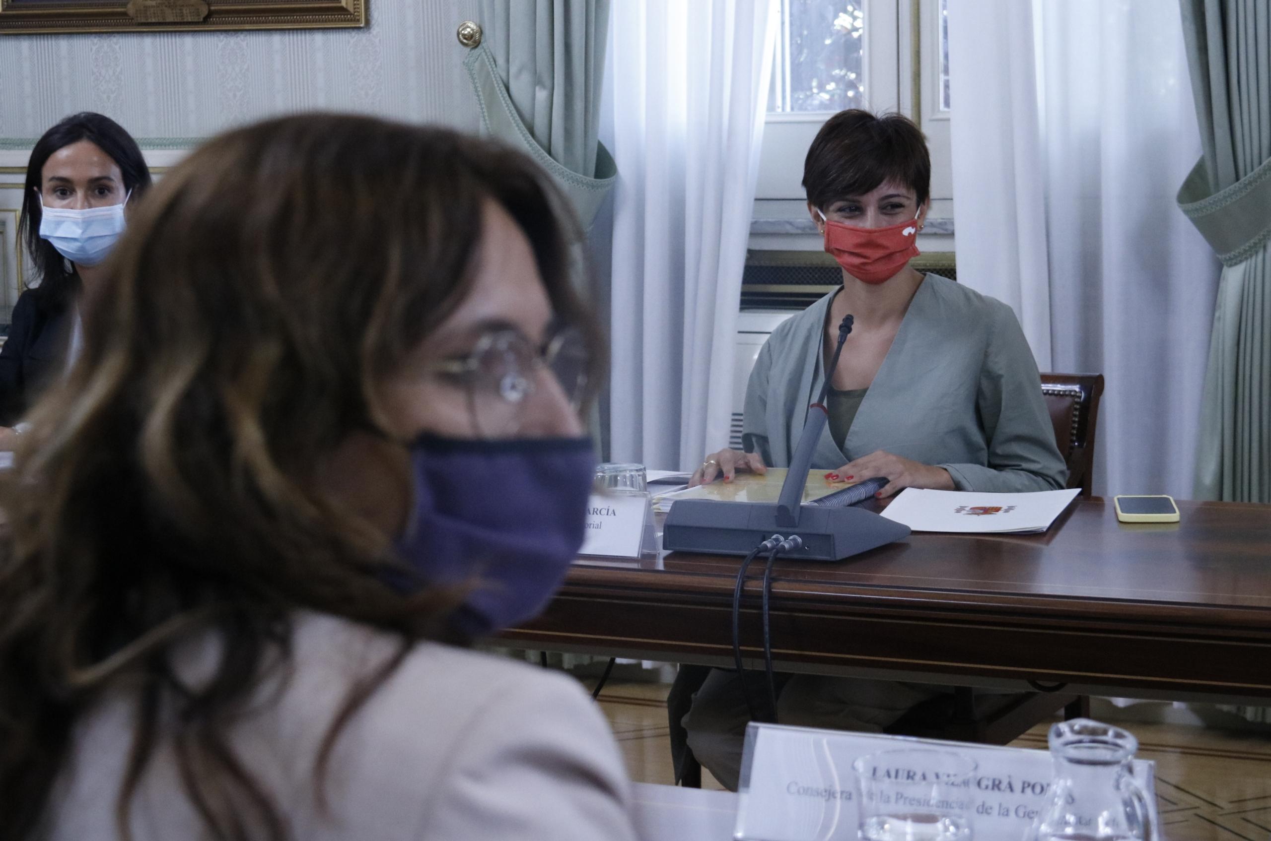 La ministra de Política Territorial i Funció Pública, Isabel Rodríguez, asseguda davant de la consellera de Presidència, Laura Vilagrà, durant la Comissió Bilateral Estat-Generalitat del 2 d'agost de 2021 / ACN