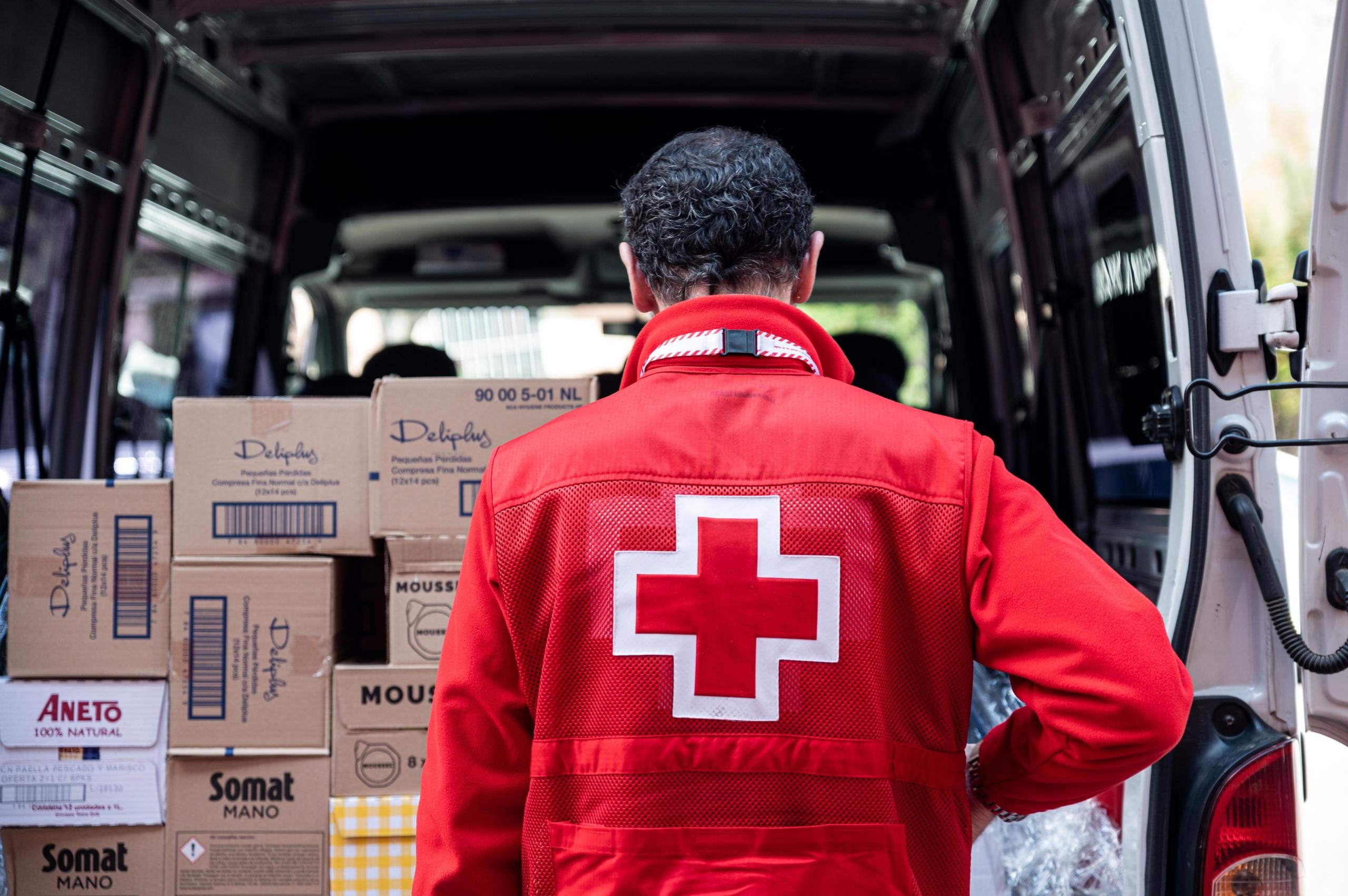 Un voluntari de Creu Roja descarregant productes de primera necessitat / QUIM RIERA