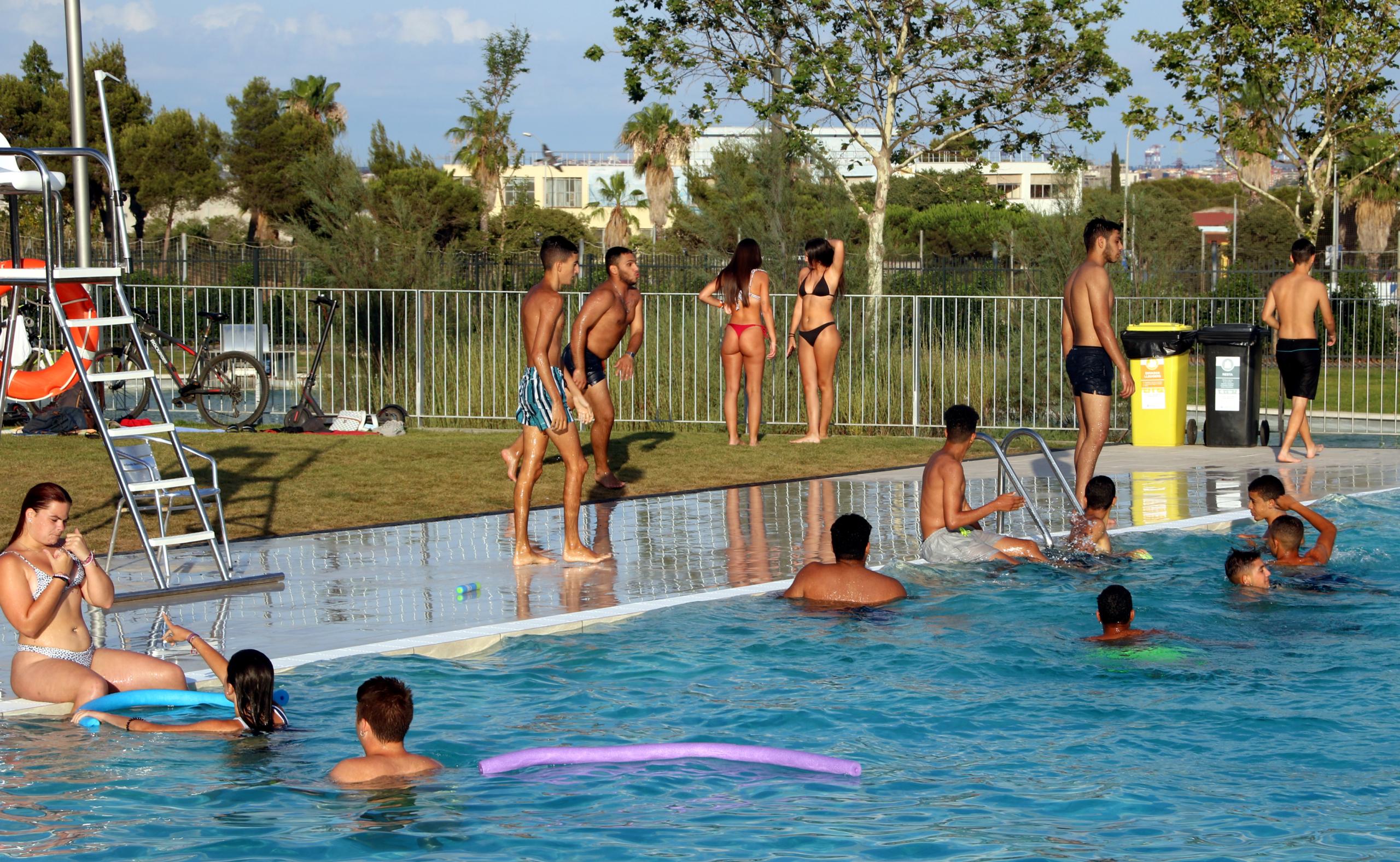 Durant l'onada de calor es recomana evitar fer activitats a l'exterior a les hores centrals del dia / ACN