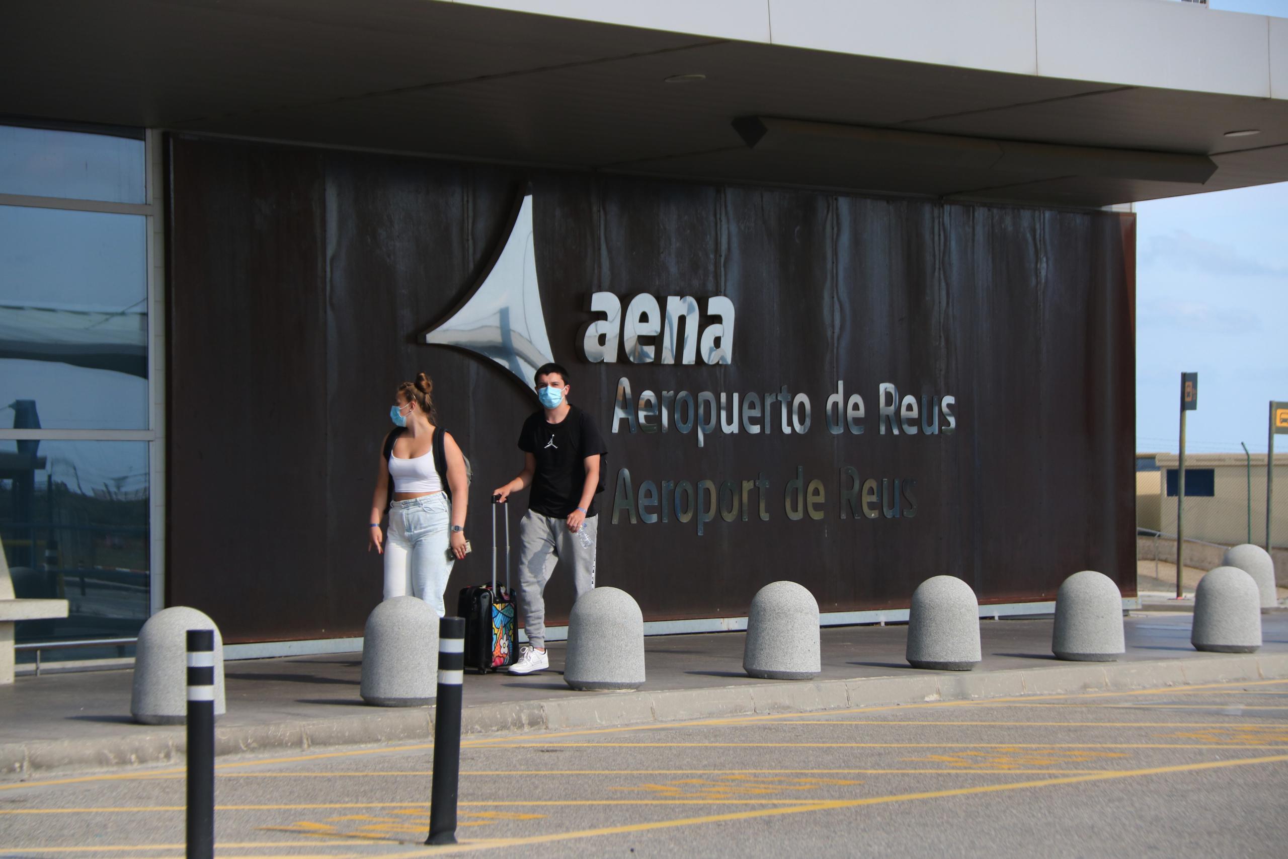 Una parella entrant a la terminal de l'Aeroport de Reus / ACN