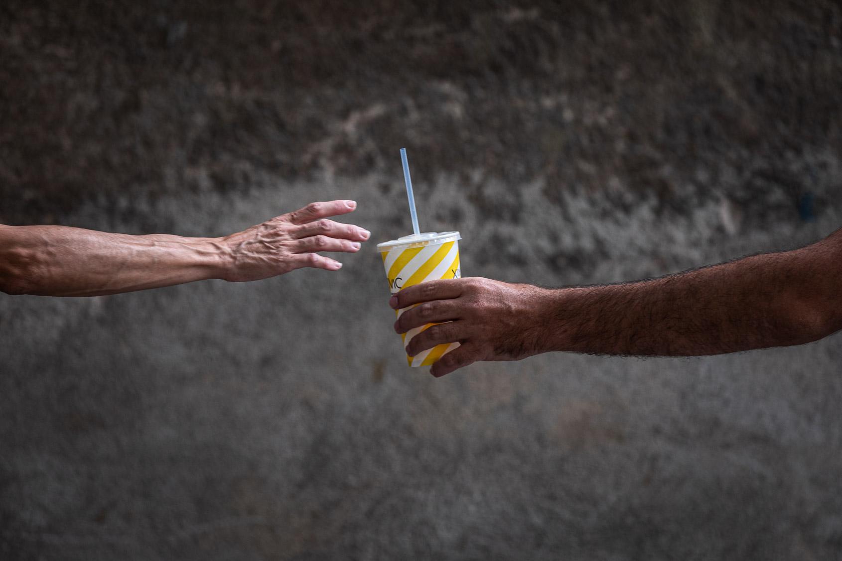 Dos vianants es passen un refresc en plena onada de calor / Jordi Borràs