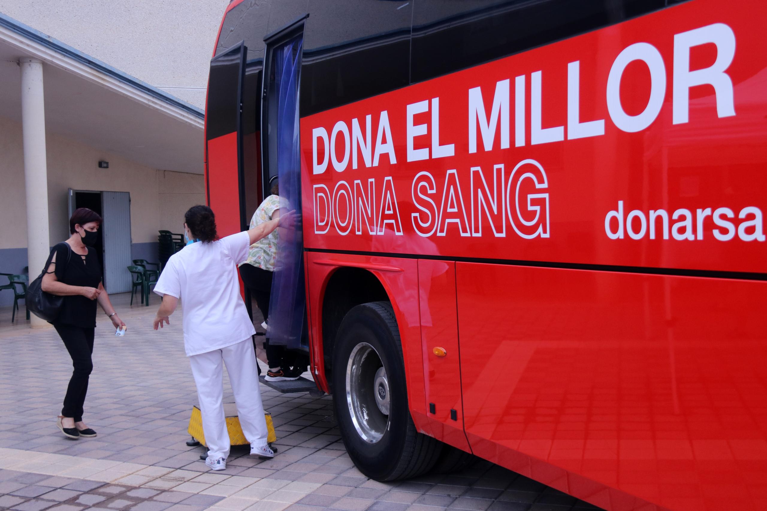 Una usuària accedint al bus de vacunació del Banc de Sang a Alcanar (ACN)