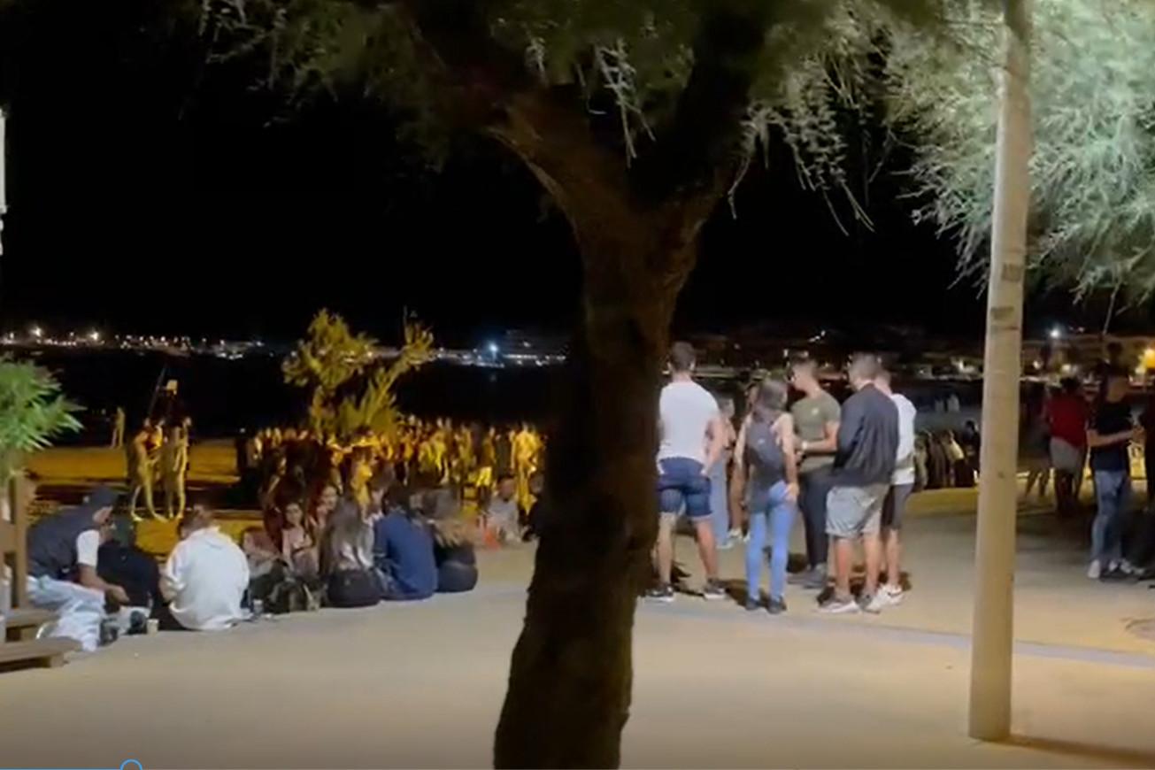 Desenes de joves concentrats a la zona de la platja de Riells / ACN