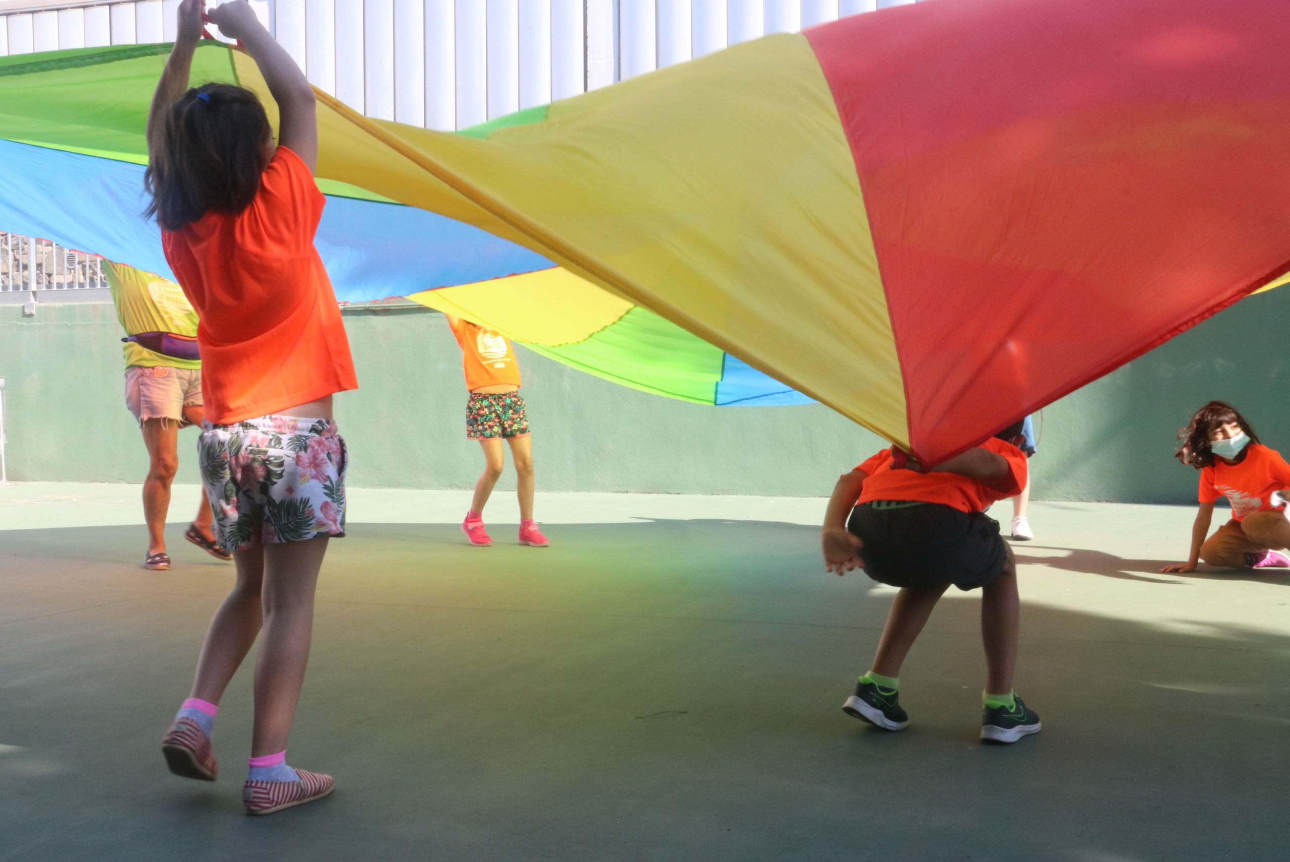Un grup d'infants en un casal d'estiu a Barcelona en una activitat respectant la distància de seguretat el juny del 2020 / ACN