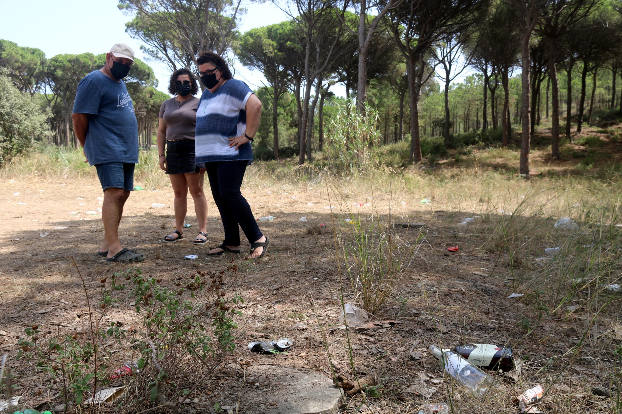 L'alcaldessa de Regencós, Pilar Pagès, mirant les restes del macrobotellot d'aquest 15 d'agost / ACN