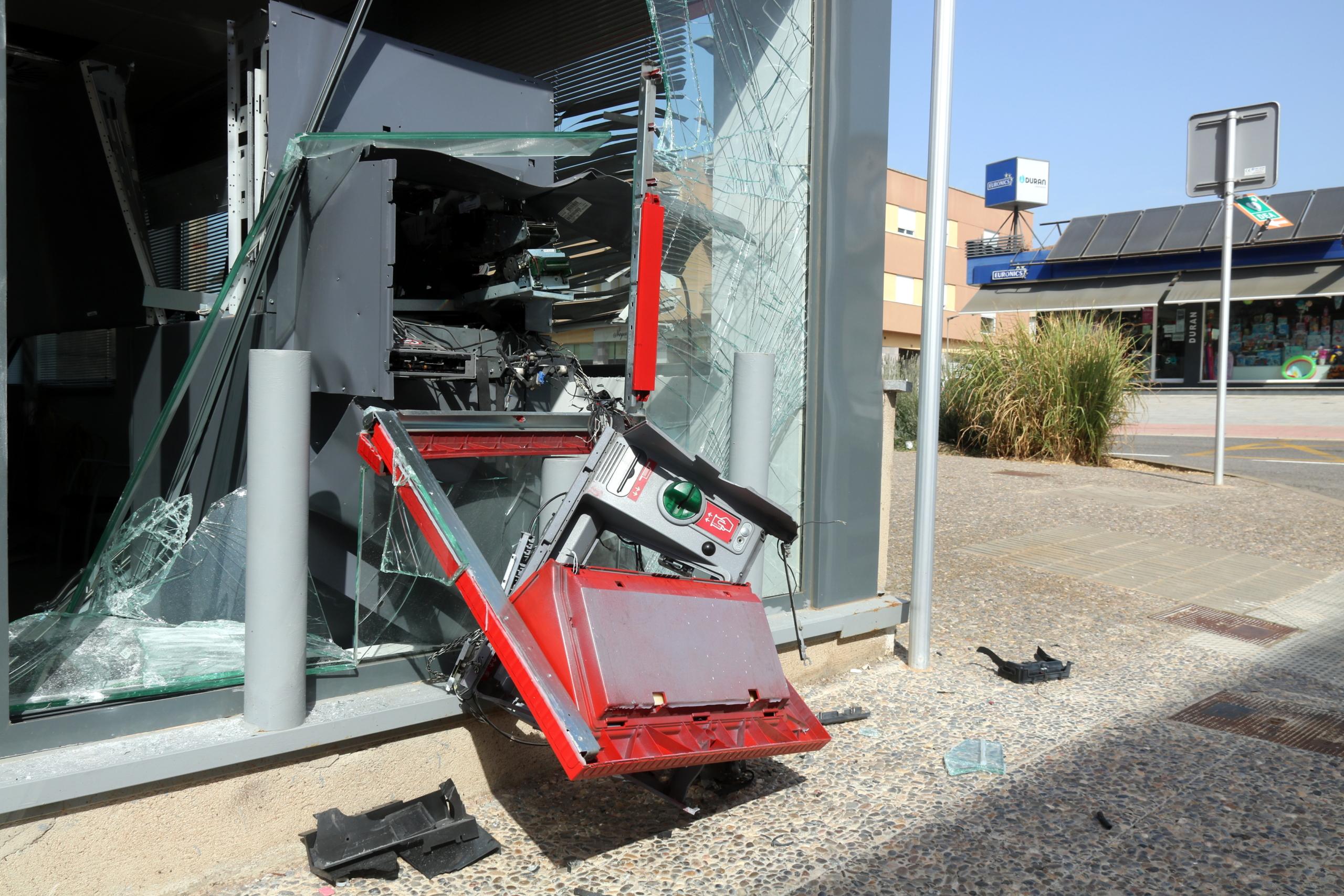 El caixer de la sucursal bancària del Santander a Riudellots de la Selva, totalment destrossat / ACN