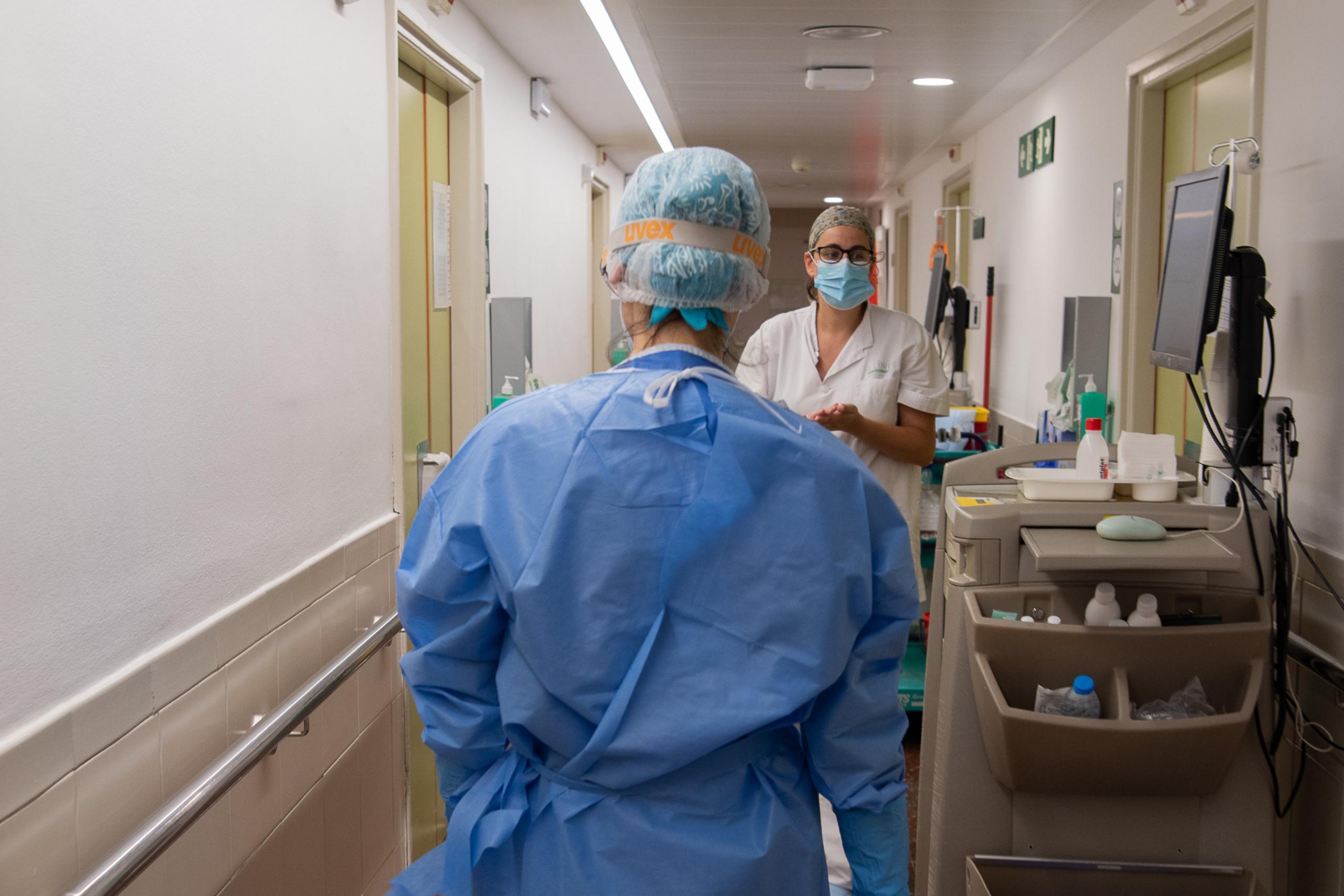 Professionals sanitaris en un passadís de la sala d'hospitalització del Servei de Malalties Infeccioses de l'Hospital Clínic   ACN