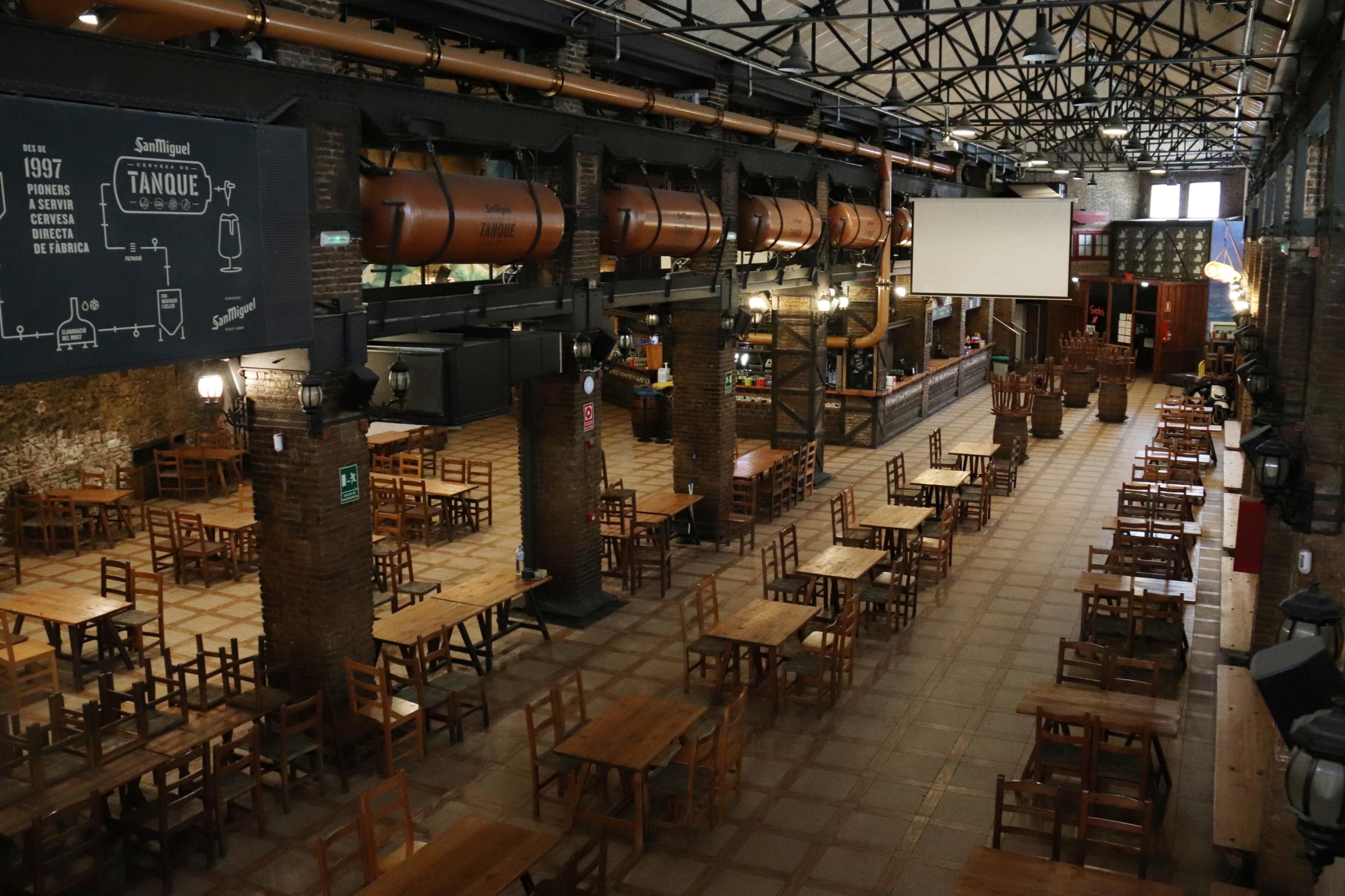 La cerveseria l'Ovella Negra del Poble Nou de Barcelona completament buida / ACN