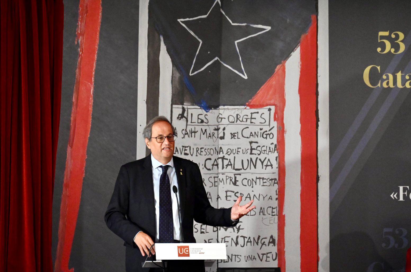 Una imatge de Torra durant la xerrada on amb la mà suporta Espanya/Josep Maria Montaner