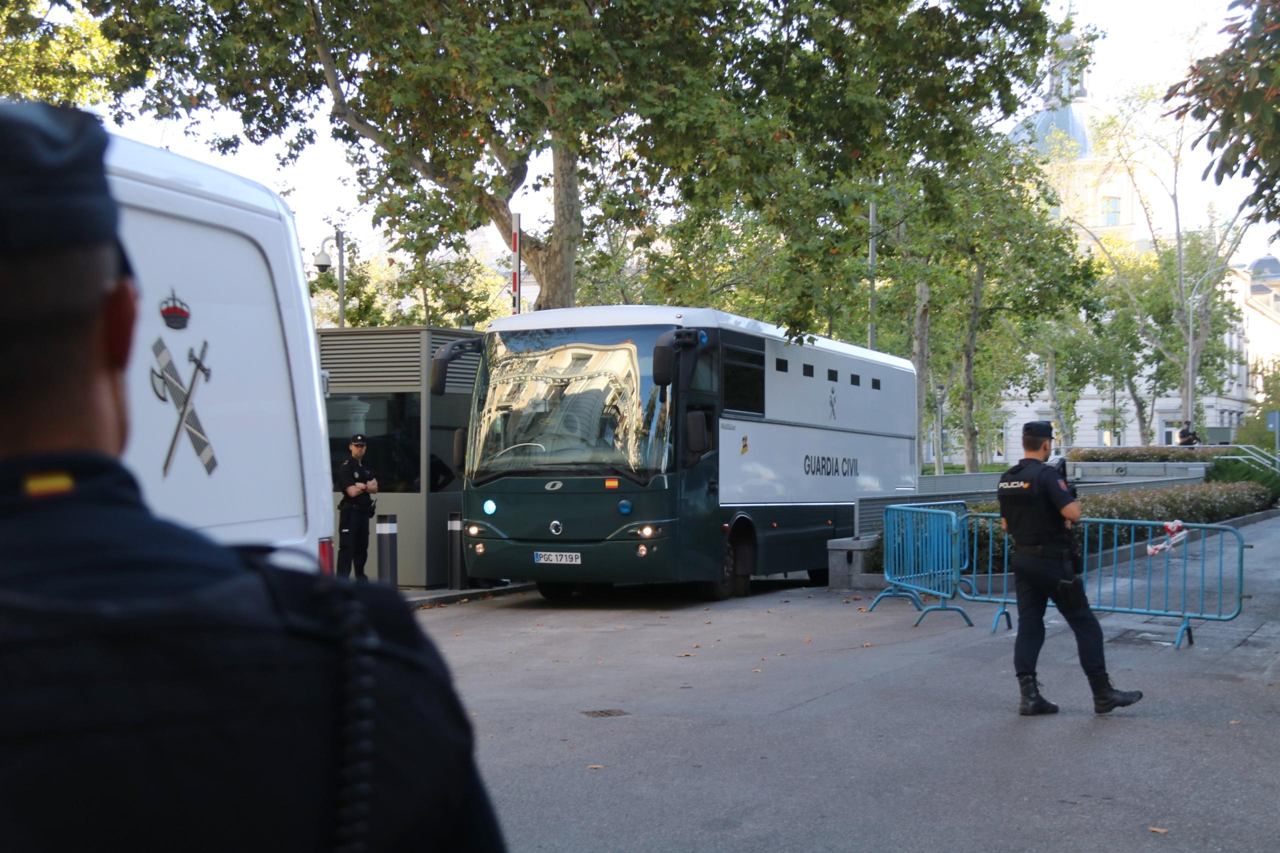 La sortida de l'autocar de la Guàrdia Civil de l'Audiència Nacional amb els set CDR acusats de terrorisme direcció cap a Soto del Real   ACN