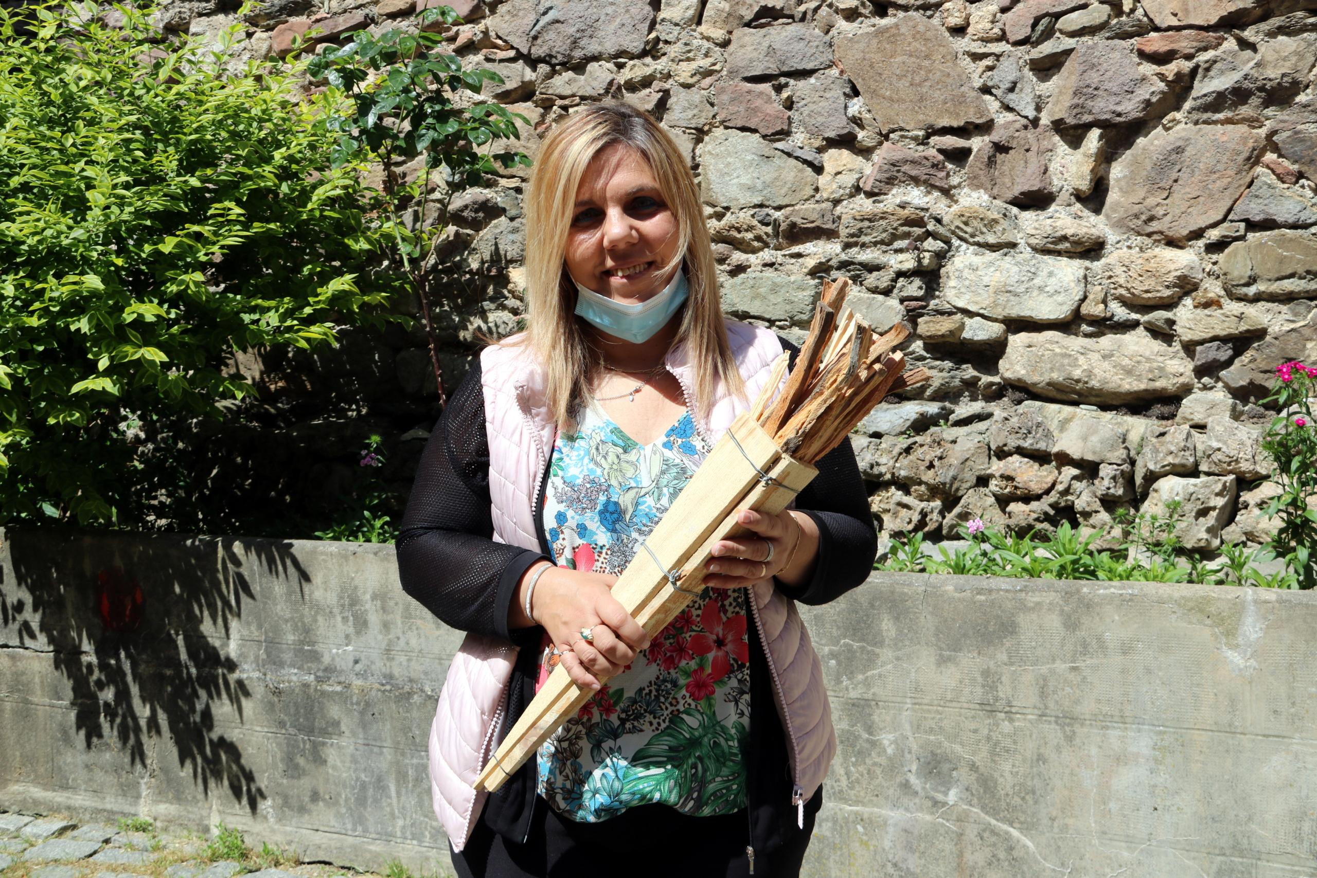 L'alcaldessa de Vilaller, Maria José Erta, amb una falla com la que es regalarà a cada família del municipi / ACN