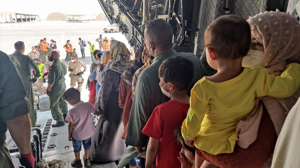 Nens i adults a l'arribada a Dubai a bordd'un avió espanyol, fugint d'Afganistan després de l'arribada dels talibans / Europa Press
