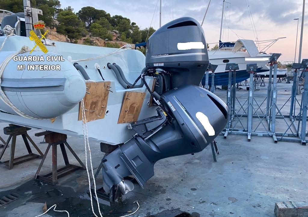 Dos dels motors fora borda que van intentar robar diumenge a la matinada d'una narcollanxa sota custòdia al port de Torredembarra (ACN)