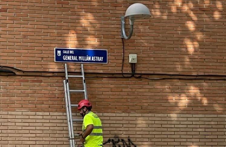 Els operaris mjunicipals restaurant els noms de nou carrers de Madrid / Rita Maestre - Twitter