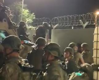 Evacuació d'afganesos a l'aeroport de Kabul