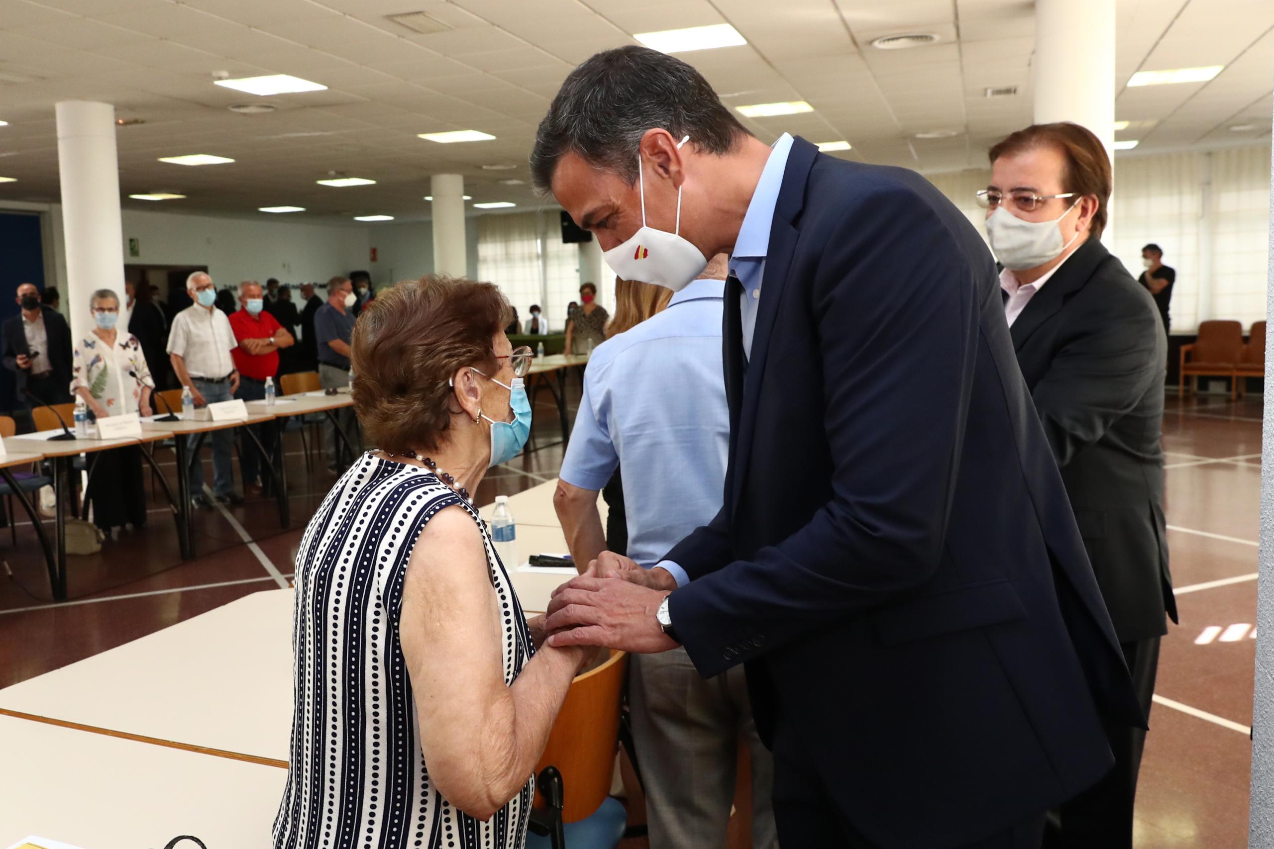 El president del govern espanyol, Pedro Sánchez, durant una visita a una residència de gent gran a Navalmoral de la Mata (Cáceres) / ACN