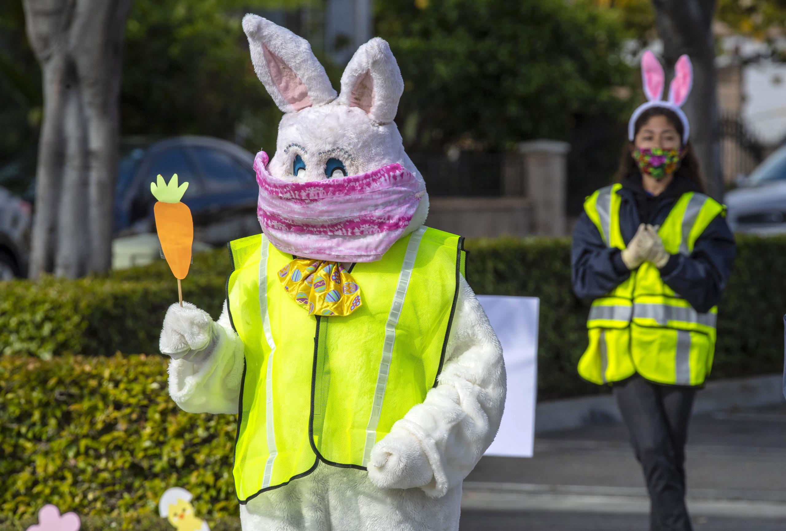 Una persona disfressada de conill amb mascareta a Califòrnia / EP