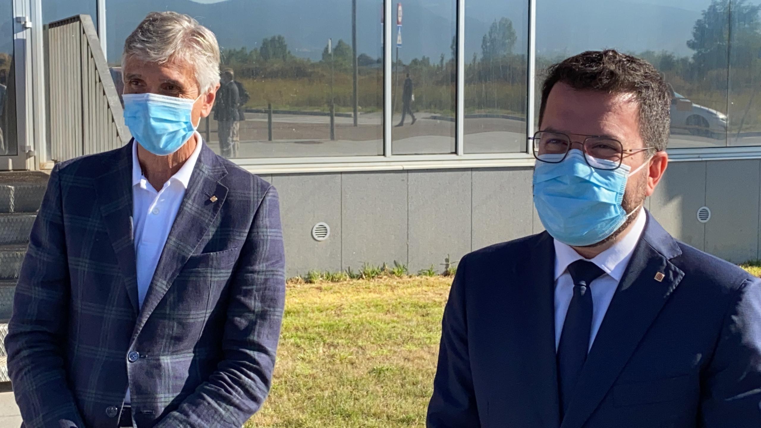 El president de la Generalitat, Pere Aragonès, i el conseller de Salut, Josep Maria Argimon, a l'exterior de l'Hospital de Cerdanya (ACN)