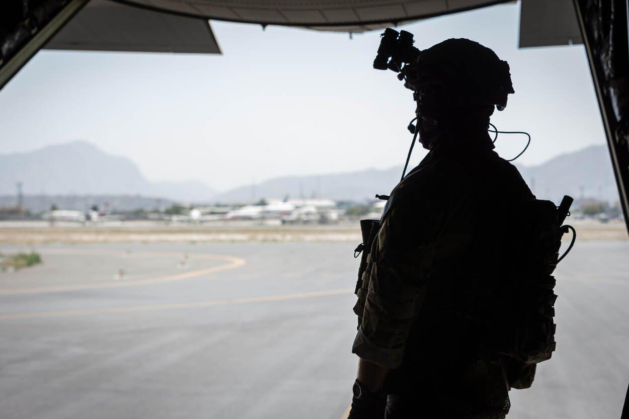 Un militar en un avió a Kabul / MInisteri Defensa Holanda