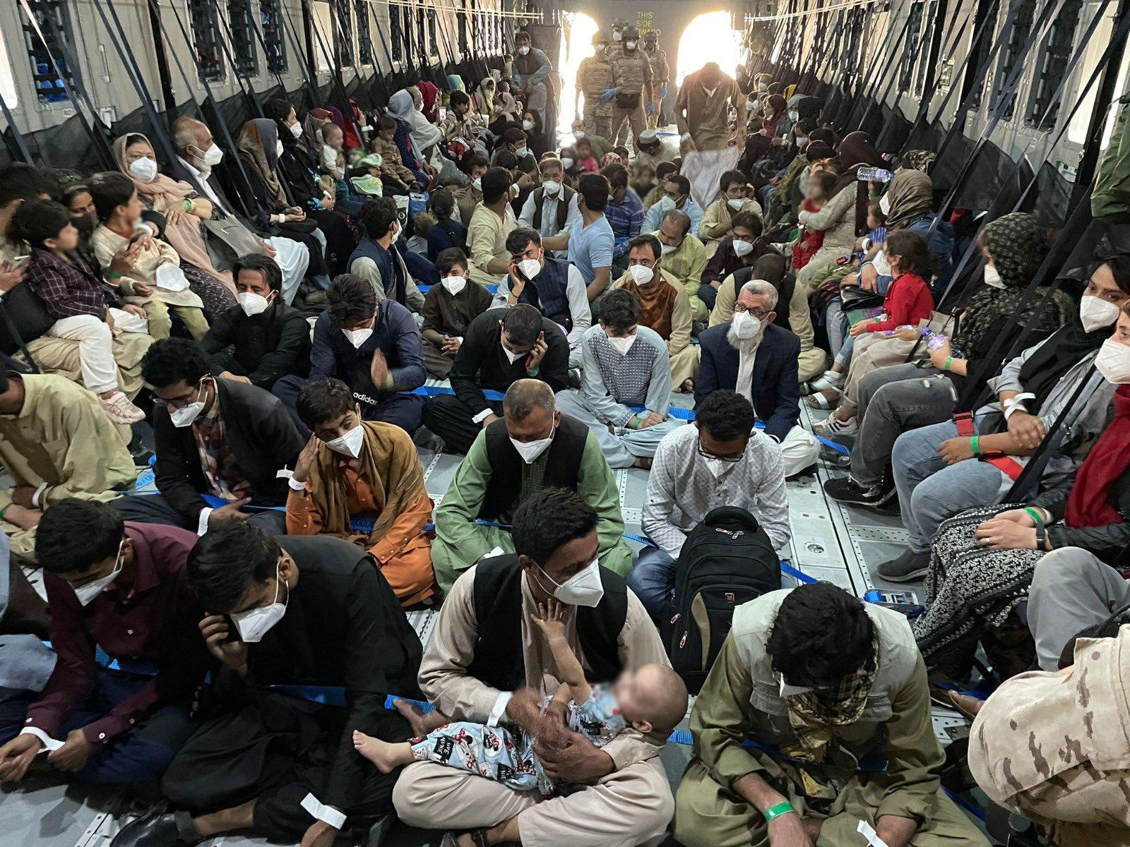 L'interior d'un avió de l'exèrcit espanyol ple de persones que marxen de l'Afganistan / ACN
