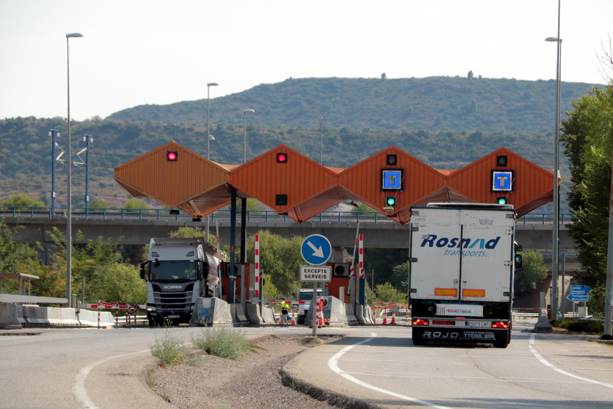 El peatge de l'AP-2 de les Borges Blanques i vehicles accedint a l'autopista o sortint-ne | ACN