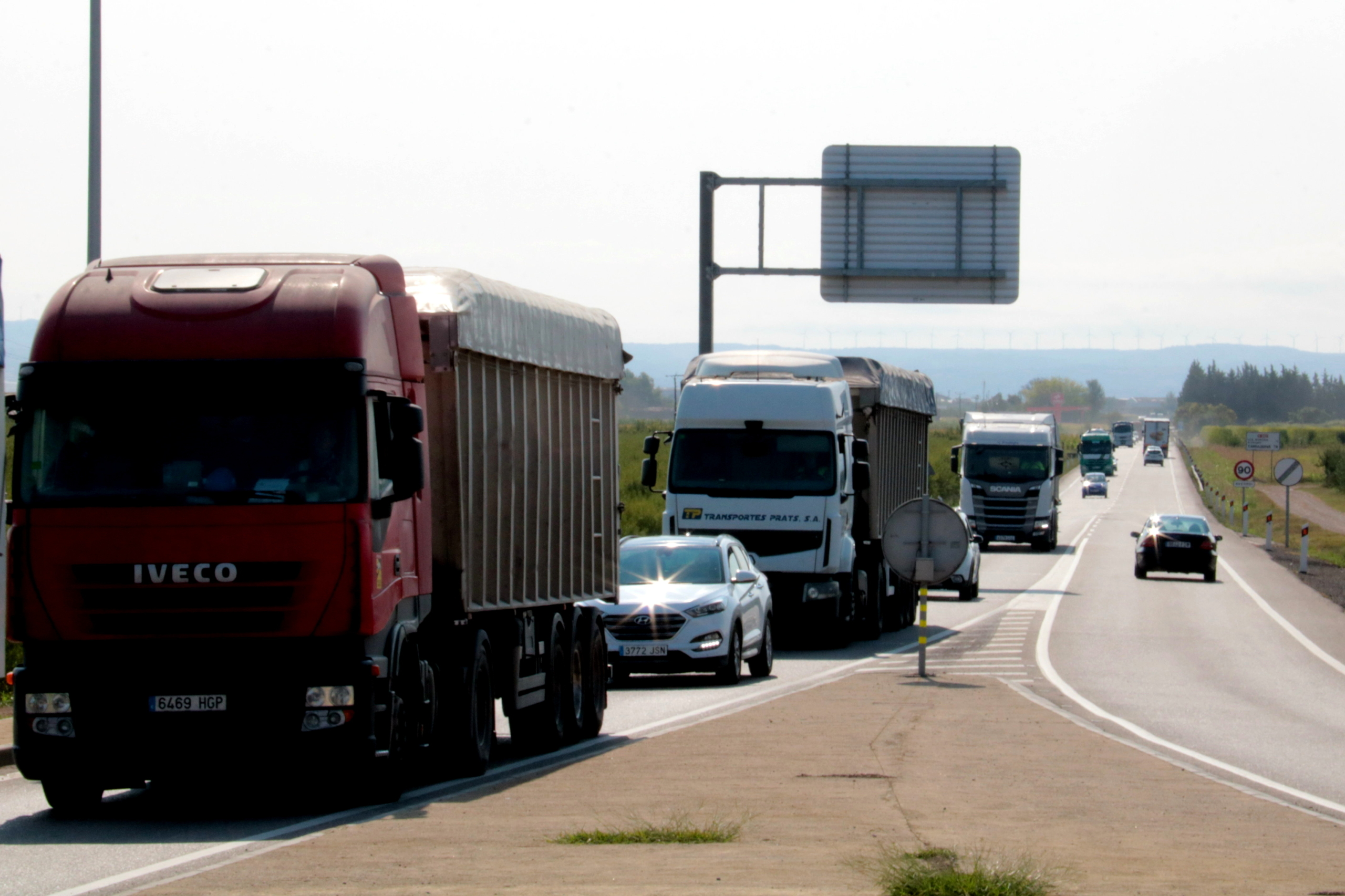 Camions circulant per l'N-240 abans d'arribar a la rotonda de Margalef, al terme municipal de Torregrossa   ACN