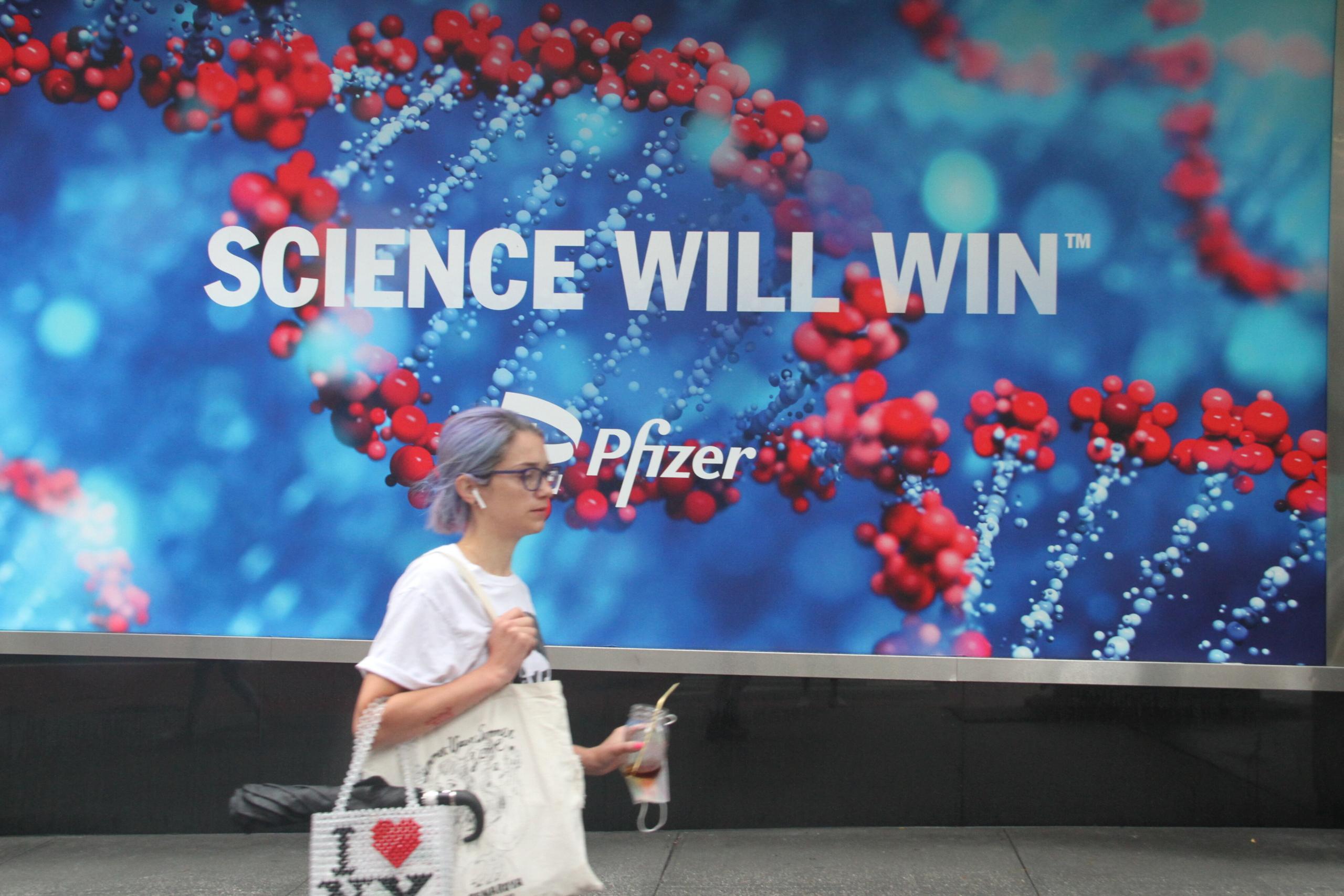 Una dona passa per davant d'un cartell de Pfizer a Nova York / EP