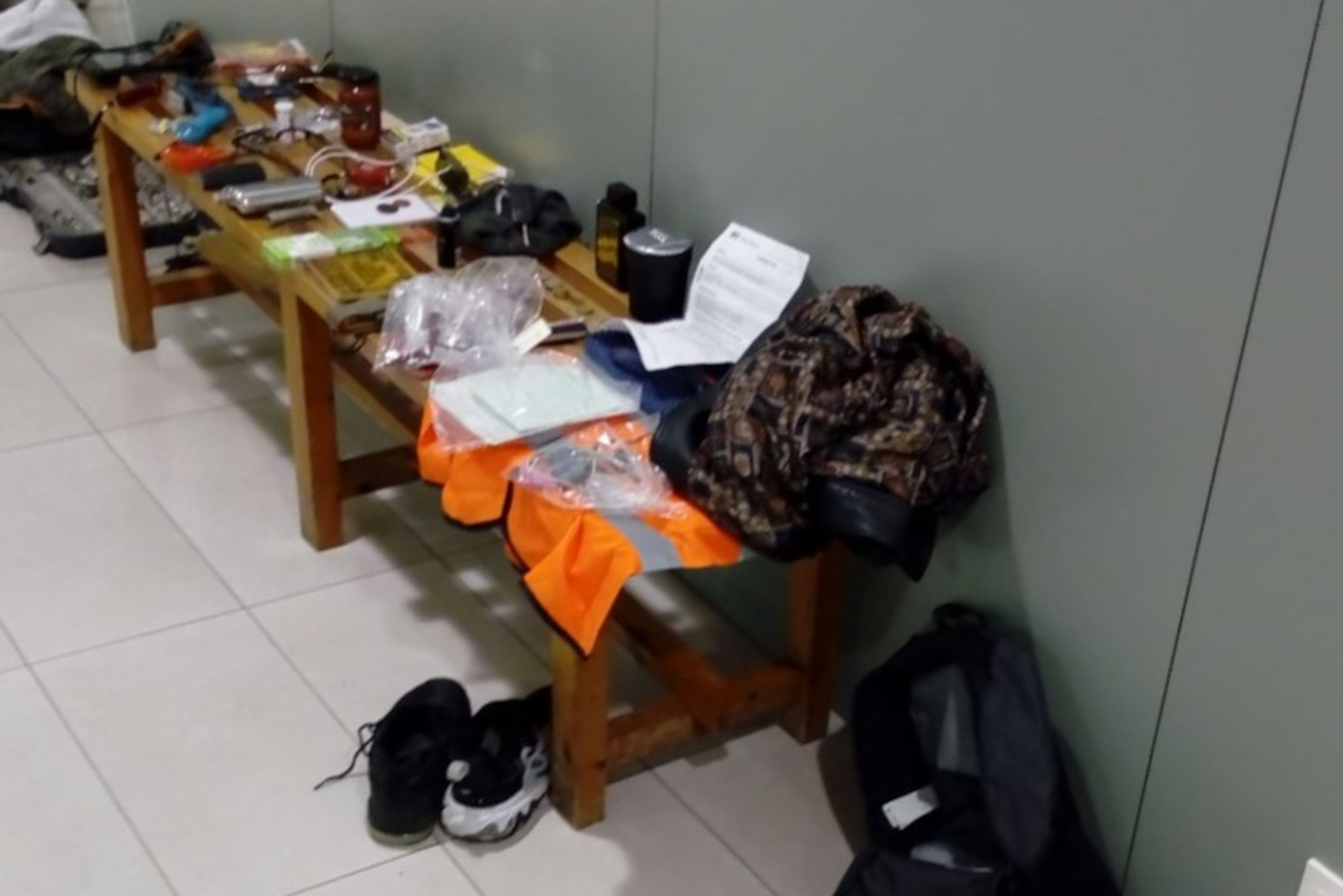 Alguns dels objectes que el detingut hauria robat de l'interior de tretze vehicles de Lloret de Mar el 2 de setembre de 2021 / ACN