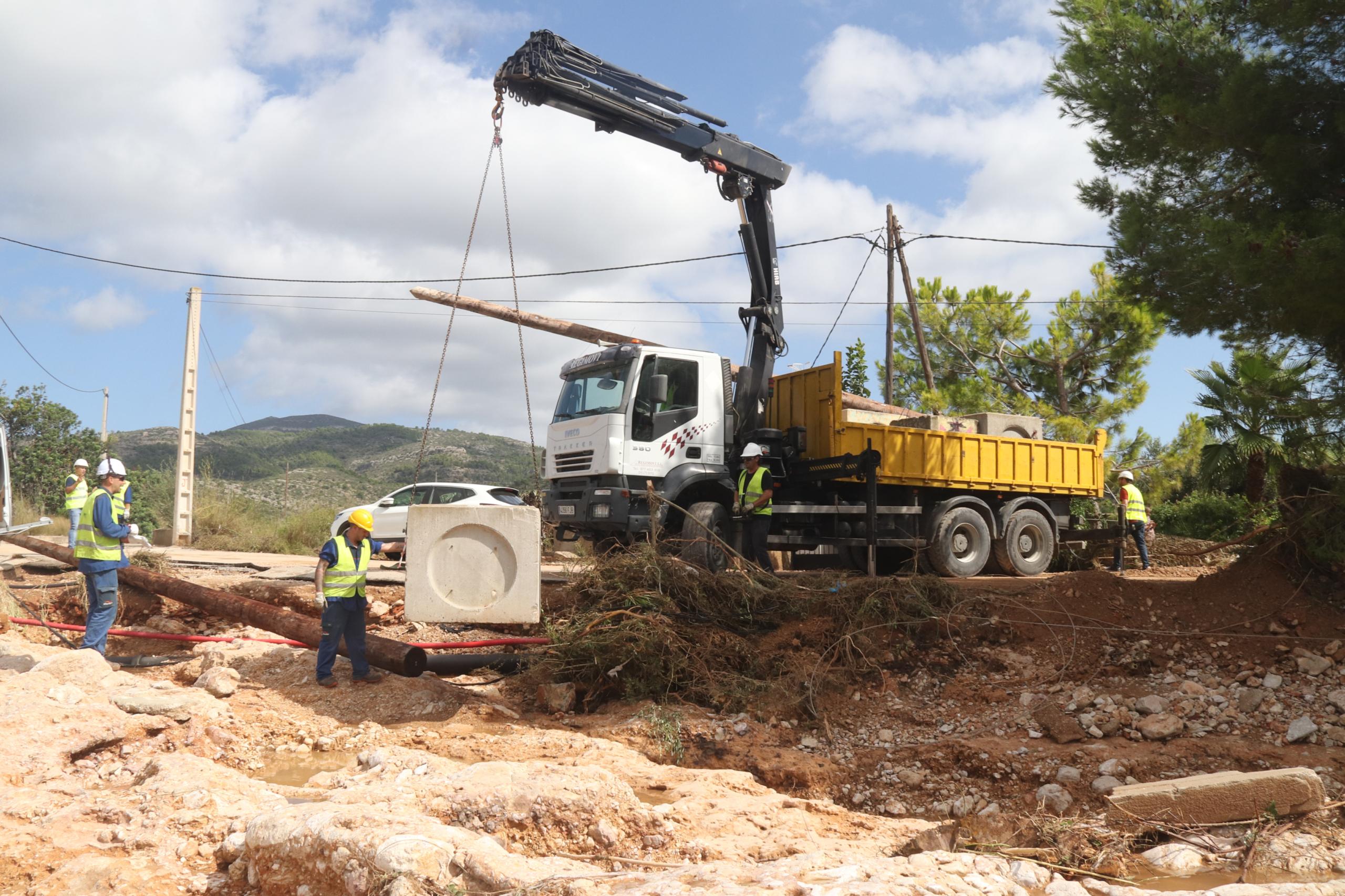 L'actuació d'Endesa per reparar la línia elèctrica afectada pels aiguats a Alcanar   ACN