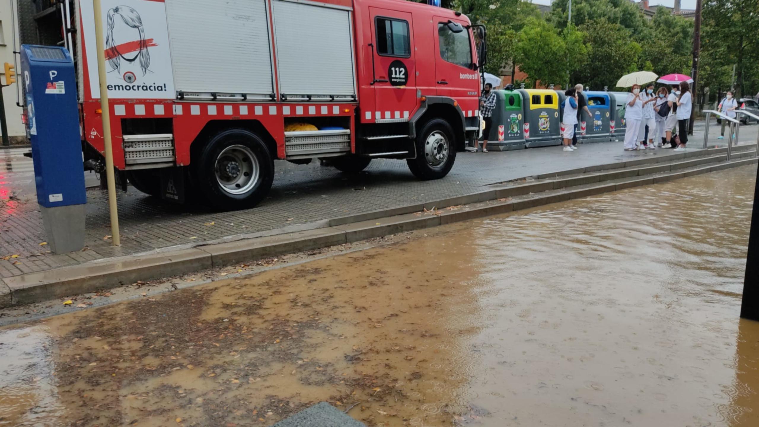 L'entrada al CAP Alfons Moré de Salt amb els Bombers i tot inundat / ACN