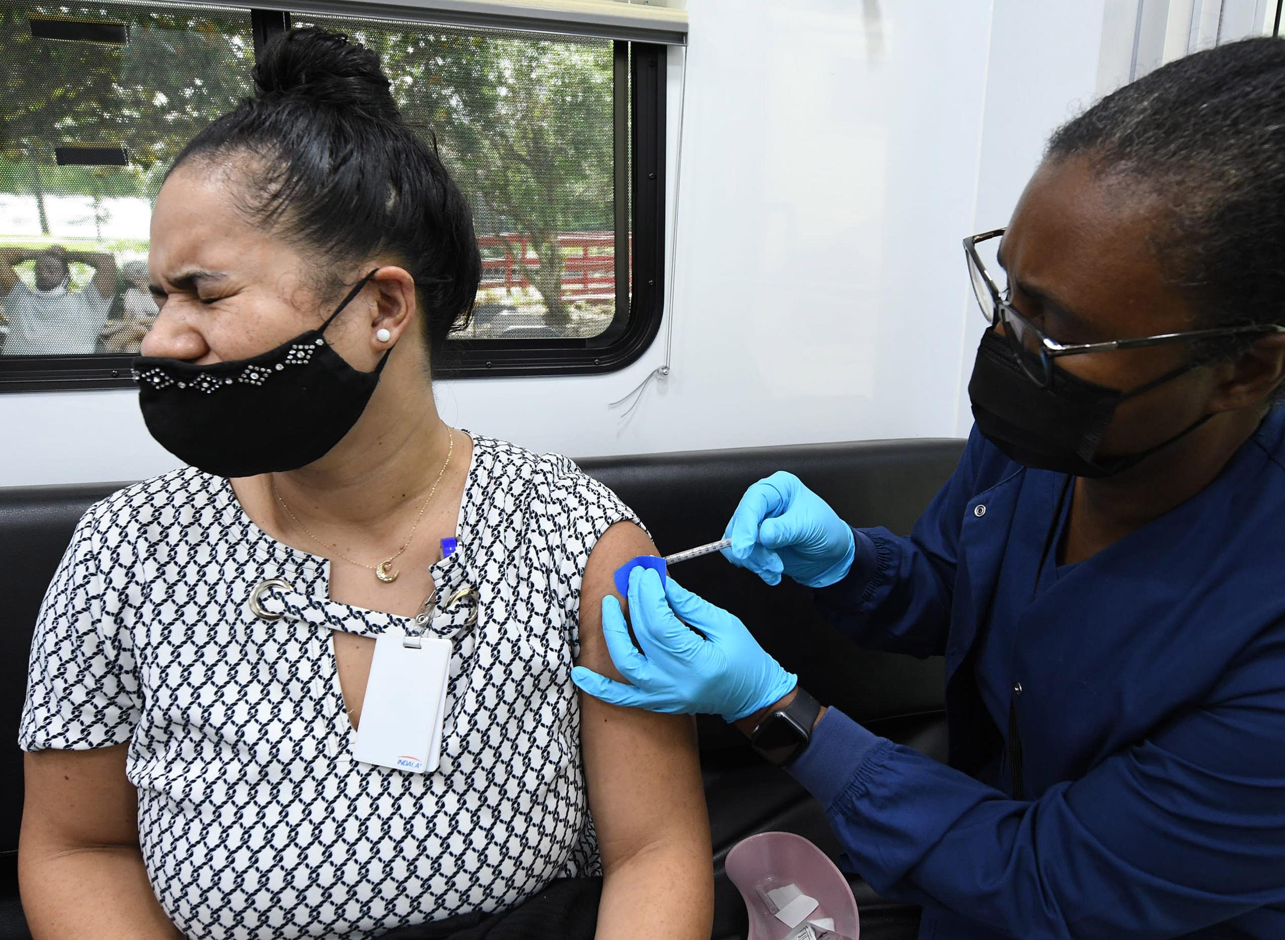 Una dona es vacuna a Florida, als EUA / EP