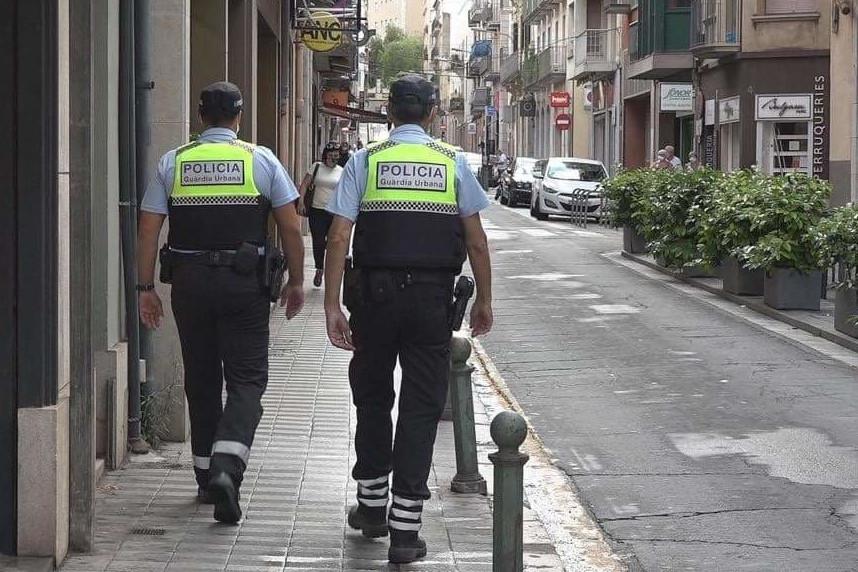 Dos efectius de la Guàrdia Urbana de Figueres patrullant per la ciutat / ACN