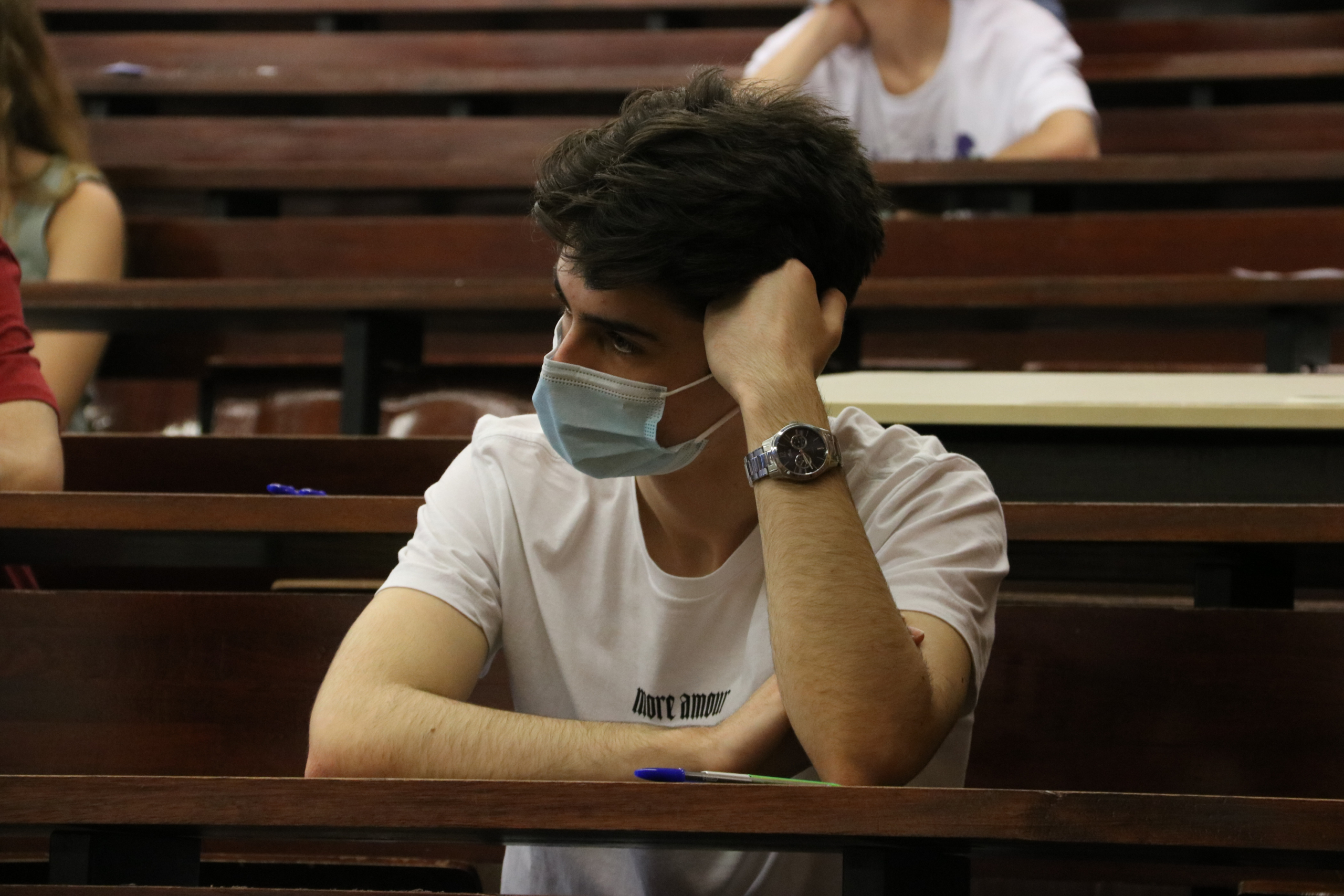 Un estudiant esperant l'inici de la primera prova a la selectivitat del 2021 a la Facultat d'Economia i Empresa de la UB | ACN