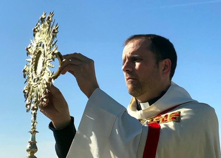 El bisbe emèrit de Solsona, Xavier Novell, durant una benedicció / ACN
