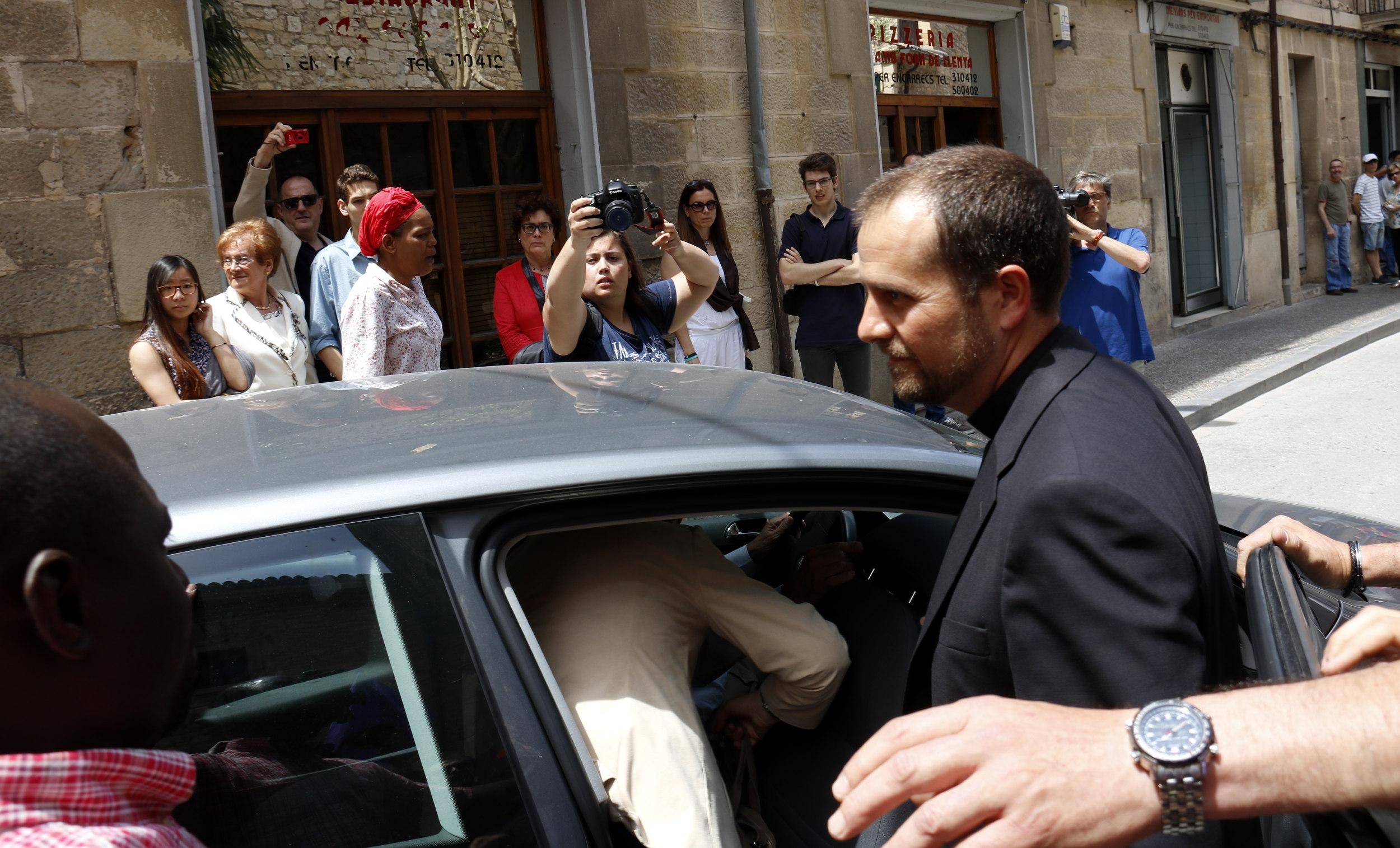 Xavier Novell pujant a un cotxe | ACN