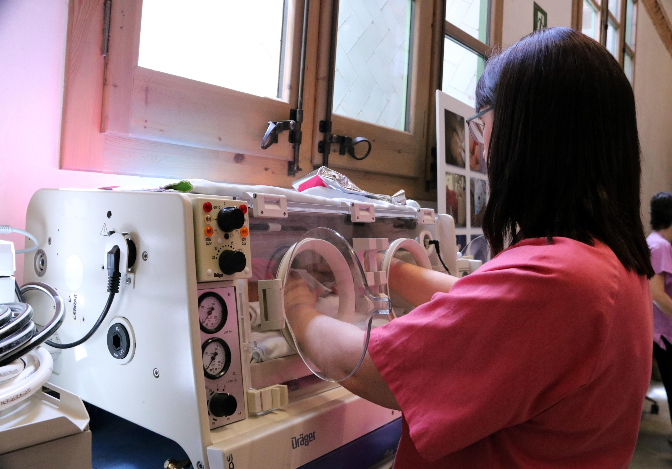 Imatge de recurs d'una infermera i una incubadora