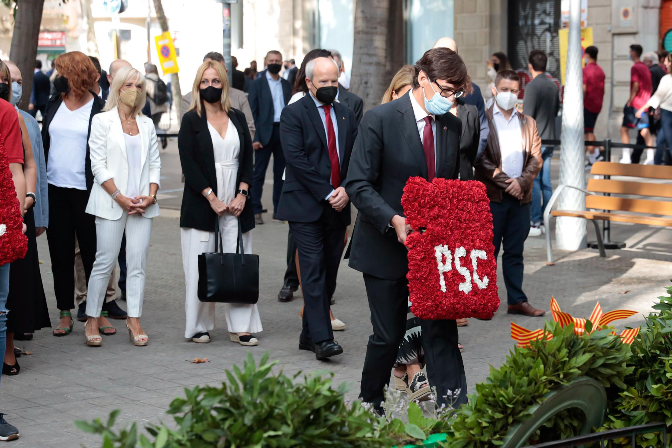 El líder del PSC, Salvador Illa, fent l'ofrena floral al monument a Rafael Casanova de Barcelona l'11 de setembre del 2021. (ACN)