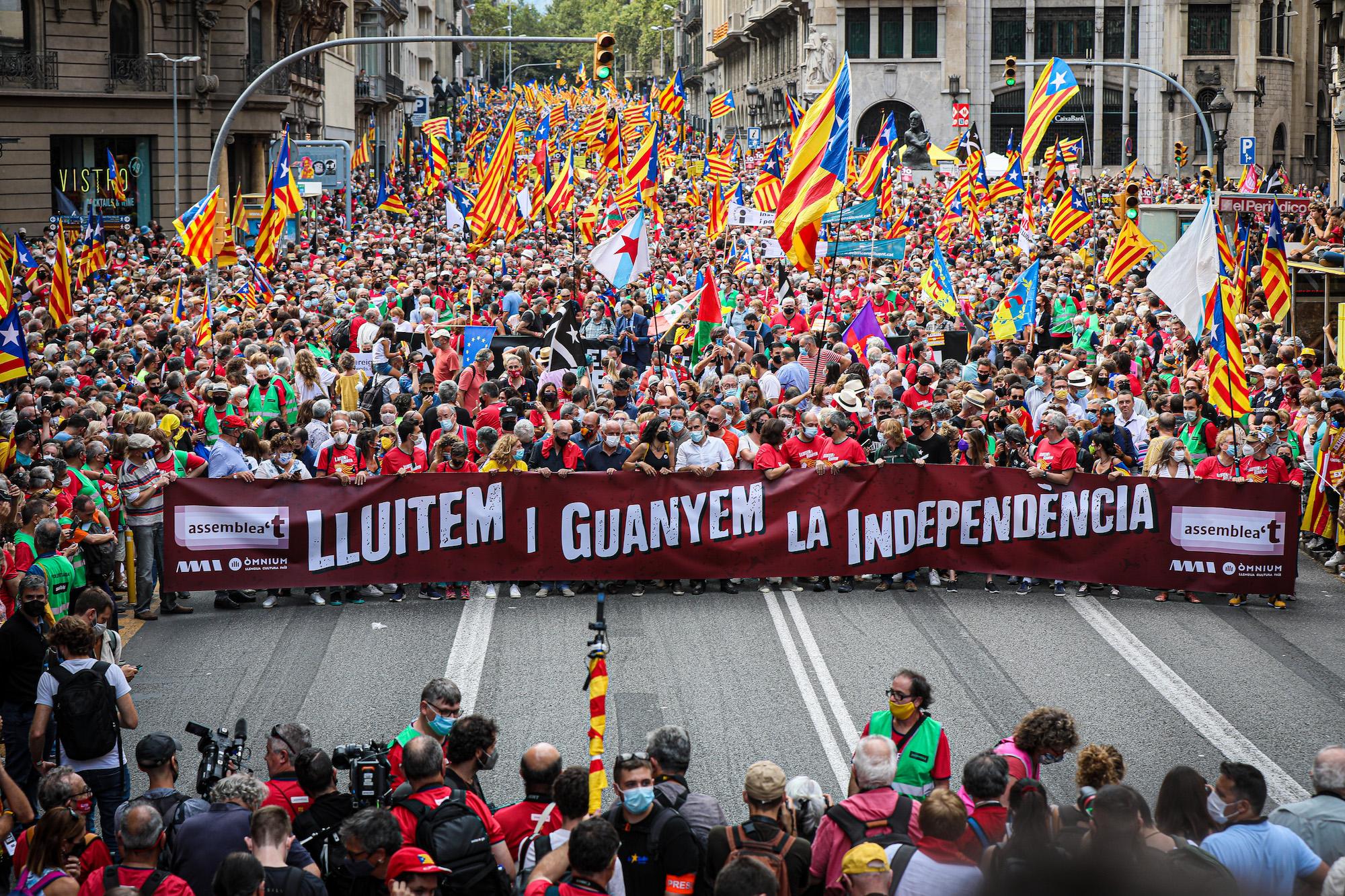 La capçalera de la manifestació, massiva, de la Diada del 2021 / Jordi Borràs