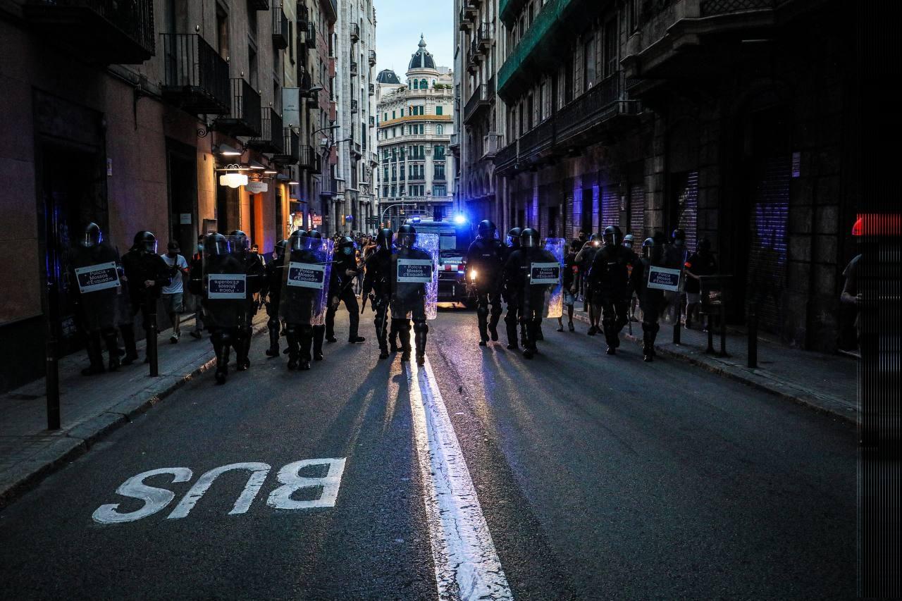 Imatge dels agents de policia dispersant manifestants de davant la comissaria de Via Laietana / Jordi Borràs