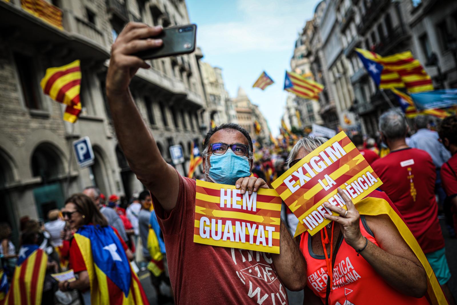 Una parella es fa una selfie durant la Diada 2021 : Jordi Borràs