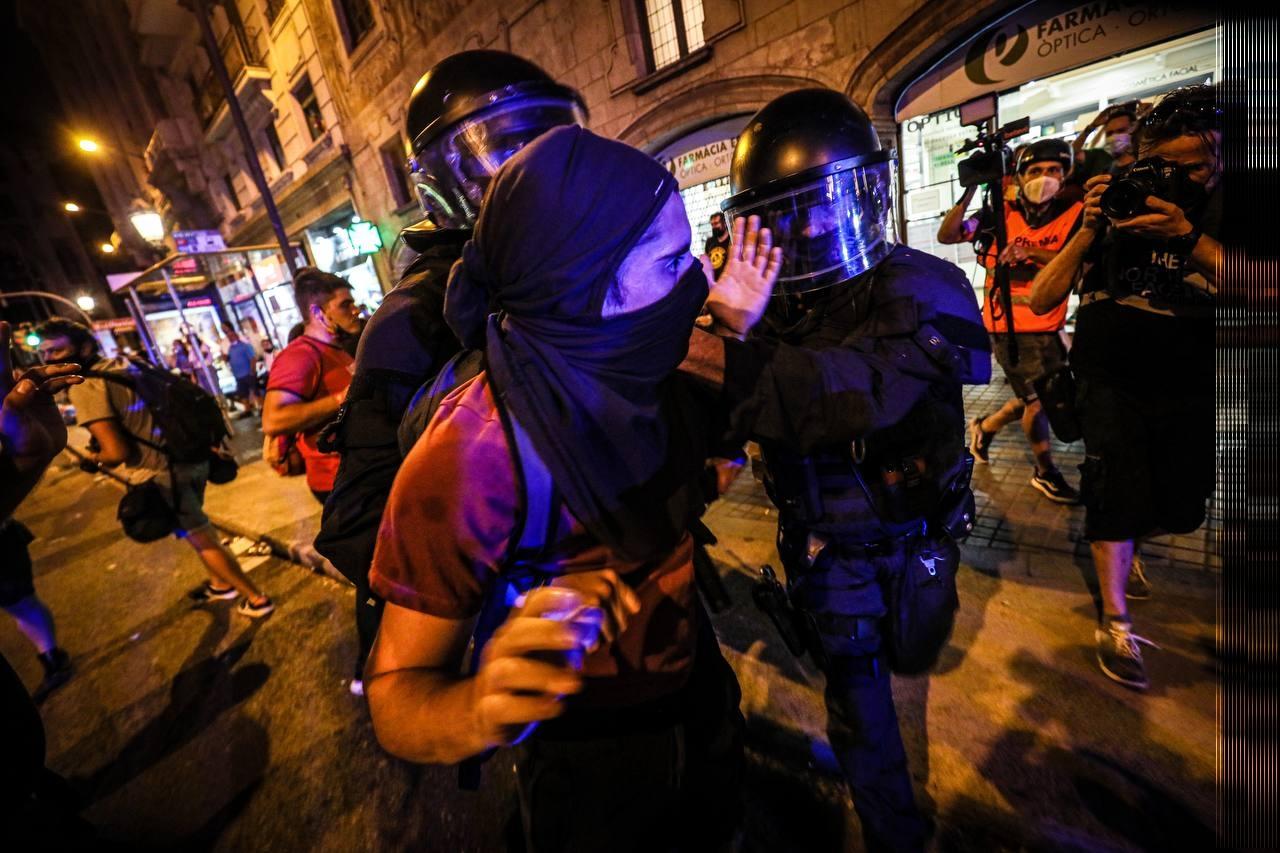 Els Mossos dispersant als manifestants davant la comissaria de policia de Via Laietana / Jordi Borràs